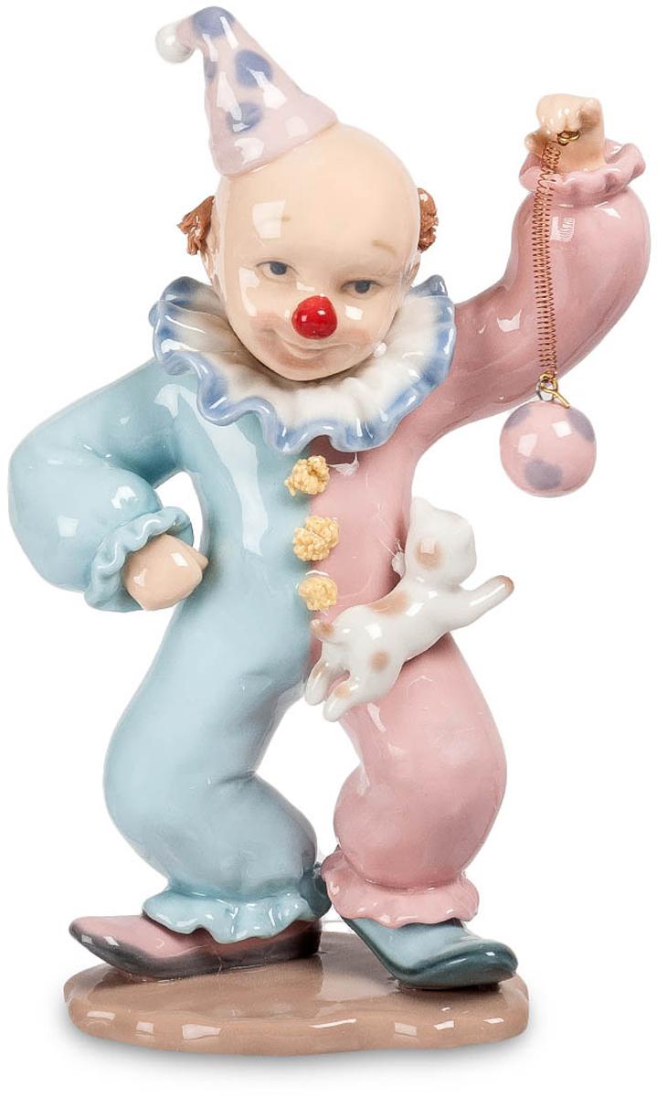 Фигурка Pavone Клоун. CMS-23/ 3CMS-23/ 3Фигурка Клоун (Pavone) Клоун выступает на манеже. На нем – характерный лысый парик, двухцветная одежда, разного цвета туфли. Сегодня он выступает с помощником – это маленький дрессированный песик, который охотно поддерживает предложенную игру и прыгает через ноги артиста, пытаясь поймать шарик на веревочке. Все отработано до малейших движений, и клоун знает, что маленький партнер его не подведет, все трюки будут выполнены, и публика останется довольной. Особенно дети – их песик сумеет рассмешить. Они не знают, что за каждой шуткой и трюком – долгие дни кропотливой работы. Для будущего циркового артиста это – хороший подарок, напоминающий, что веселить людей – дело непростое.