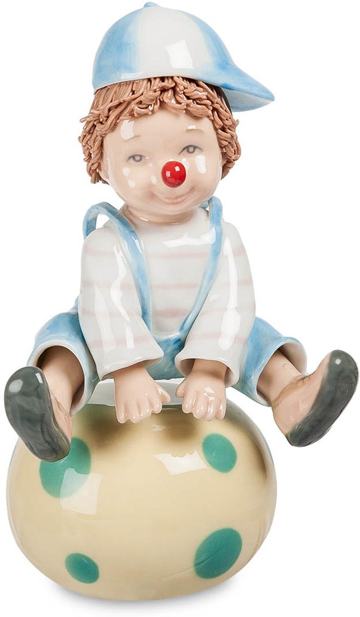 Музыкальная фигурка Pavone Клоун. CMS-23/11CMS-23/11Музыкальная фигурка Клоун (Pavone) Клоун уселся верхом на огромный мяч и готовится повеселить зрителей. Из всей клоунской раскраски на его лице только характерная красная нашлепка на кончике носа. Шапочку с козырьком он развернул вбок – так забавнее. Но он не просто сидит на мяче и даже не прыгает через него. Эта фигурка – не простая, а музыкальная, и если завести ключиком пружинный механизм, будут звучать звуки музыки, а клоун на мяче начнет вращаться. Совершенно неожиданное действие, зато смотрится действительно смешно. И пусть этот клоун только учится выступать на цирковой арене, он еще мальчишка, который только мечтает о цирке, но номер у него явно получился.