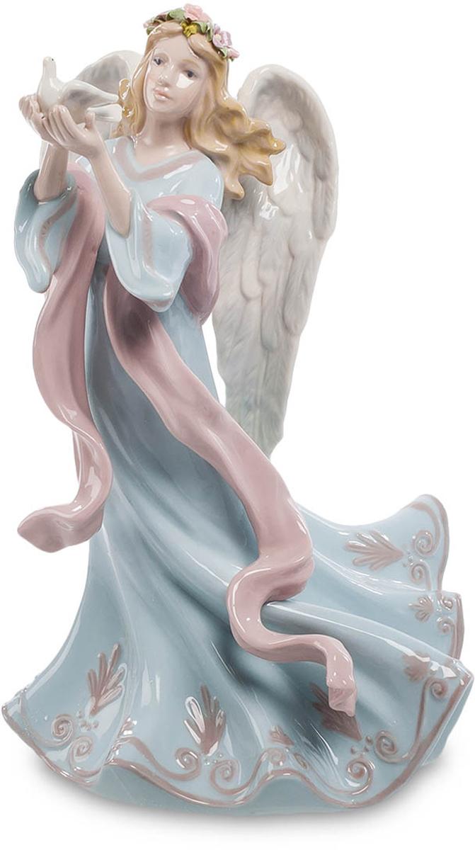 Фигурка Pavone Ангел с голубем. CMS-24/ 2CMS-24/ 2Фигурка Ангел с голубем (Pavone) Девушка не то идет, не то летит по воздуху. То ли походка у нее настолько плавная, то ли правда за спиной развернулись два белоснежных ангельских крыла. Длинное платье развевается, подчеркивая стремительность остановленного мгновения. В руках у нее – голубь, которого она намерена выпустить в свободный пролет. Он уже распустил свои крылышки, этот символ мира и нежности, и готов отправиться в самостоятельное путешествие. Не забывайте, что посланник мира вылетел из ангельских рук и несет на себе великое благословение. Мир – это самое ценное на земле, и пожелать его можно кому угодно, подарив такую статуэтку.