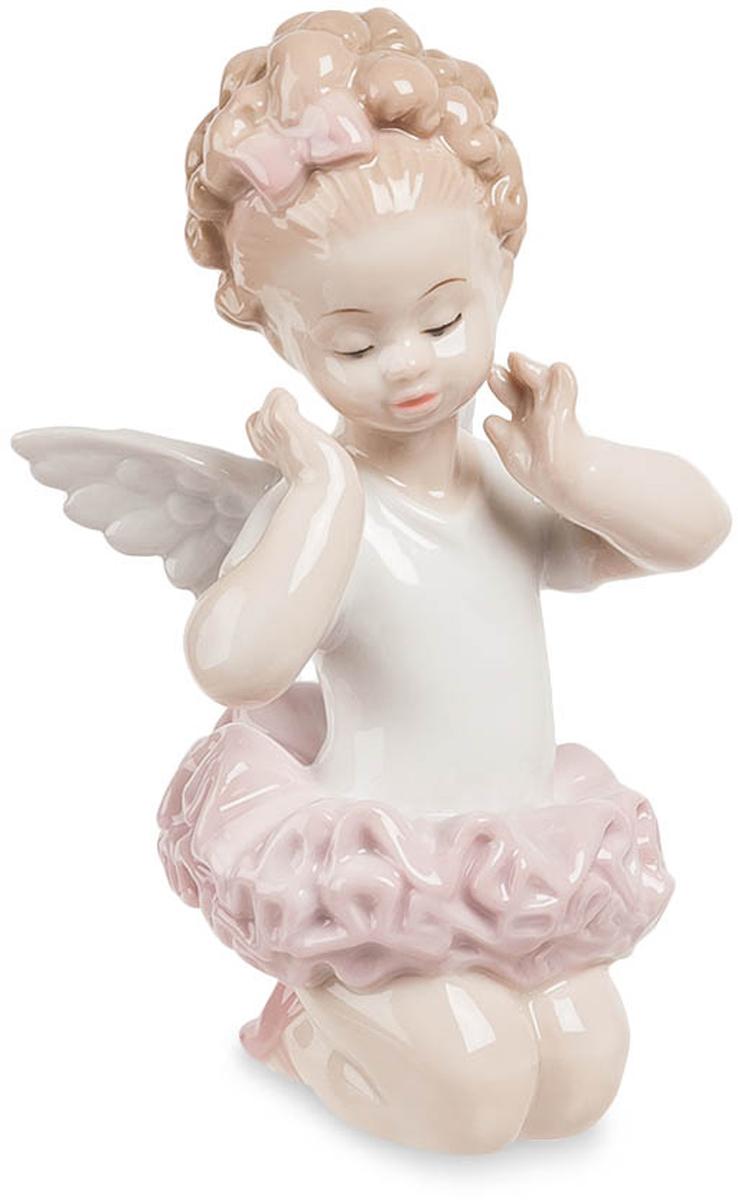 Фигурка декоративная Pavone Балерина-ангелочек, высота 12 смJP-27/11Декоративная фигурка Pavone Балерина-ангелочек станет оригинальным подарком для всех любителей стильных вещей. Сувенир выполнен из высококачественного фарфора в виде милого ангелочка. Изысканный сувенир станет прекрасным дополнением к интерьеру. Вы можете поставить фигурку в любом месте, где она будет удачно смотреться и радовать глаз.