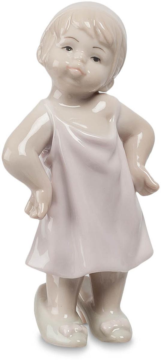 Фигурка Pavone Девочка. JP-29/14JP-29/14Фигурка Девочки высотой 11 см. Это дамочка явно думает о чём-то серьёзном, не иначе! Говорят, что детство не вернуть и всем девочкам помнится привычка одевать мамины вещи. Как же забавно это выглядит! Маленьким красавицам так не кажется, для них все серьёзно. Именно так выглядит фигурка Девочка – она сосредоточенная, но при этом само очарование. Девчушка очевидно затеяла что-то серьёзное. Вся игривость сюжета веселит и напоминает о наших ребяческих шалостях. Статуэтка создана дарить всем маленькую частичку незабываемого детства и подлинную радость от воспоминаний.