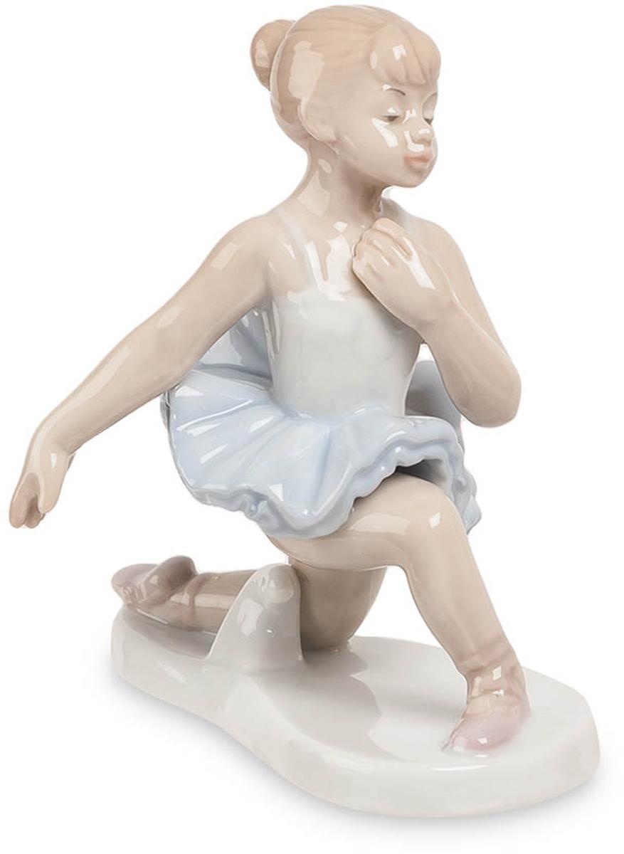 Фигурка Pavone Балерина. JP-27/17JP-27/17Фигурка Балерины высотой 11 см. Танец это движение, действие, и как любое действие, он открывает нас для самих себя. Балет прекрасен: это подтвердят все, кто хоть раз присутствовал на танцевальном спектакле в театре. Статуэтка Балерина, сделанная из фарфора, посвящена балету и изображает маленькую девочку, постигающую основы техники исполнения классического танца. Девочка одета в спортивную белую блузку и пачку голубого цвета. На ее ногах – легкие розовые чешки. Каштановые волосы уложены в аккуратную прическу, на лице – вдумчивое выражение, говорящее о полном погружении в музыку и ритм. Девочка стоит на левом колене, левая рука отведена в сторону, а правая прижата к груди; фигура юной балерины гибка и пластична. 11-сантиметровая балерина раскрашена в пастельных тонах и будет хорошо смотреться в спальне, а также на кухне или в столовой. Она займет достойное место в квартире людей, любящих искусство и часто посещающих театр.