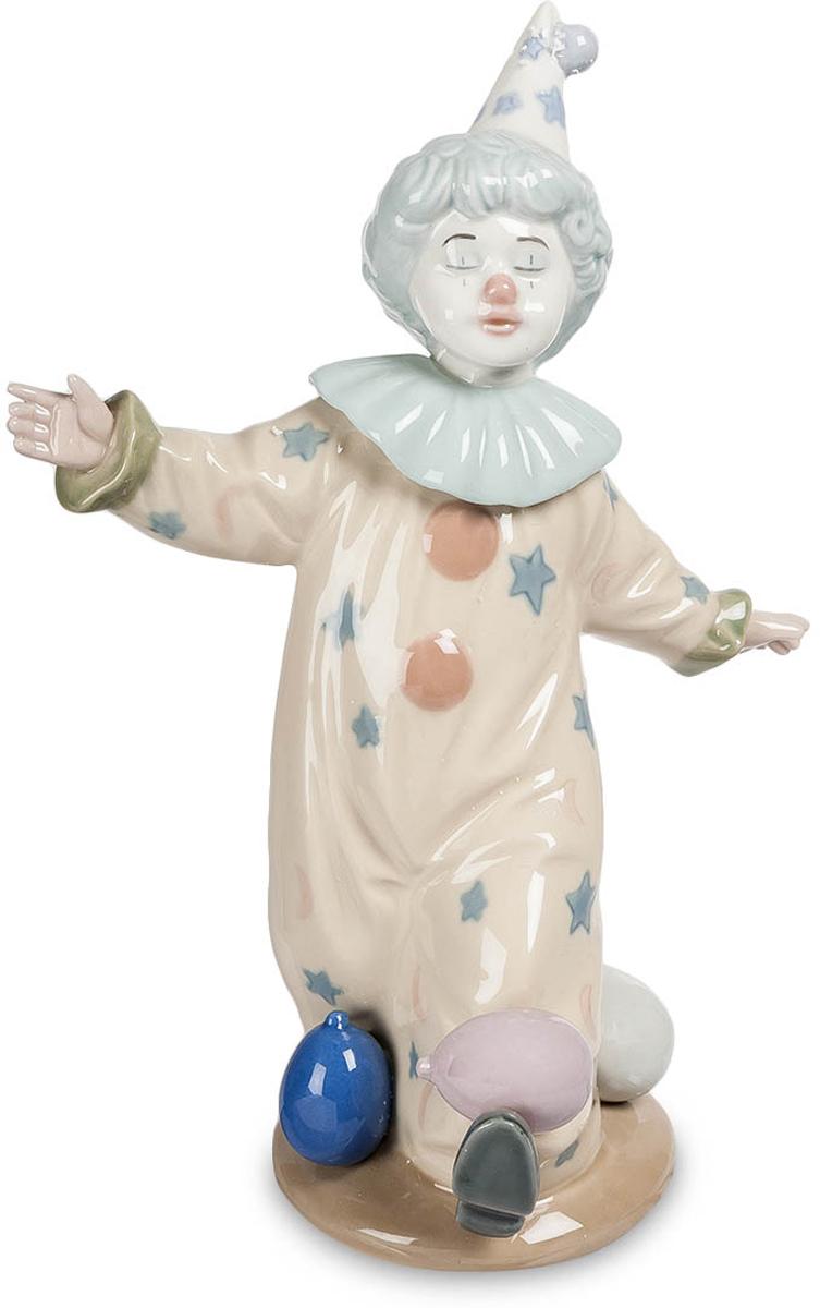 Фигурка Pavone Клоун с шариками. CMS-23/24CMS-23/24Фигурка Клоун с шариками (Pavone) Если посмотреть на фарфоровую фигурку забавного клоуна с шариками, то можно в полной мере оценить и восхититься очарованием и изящностью статуэтки. Она действительно станет необычным и неповторимым украшением интерьера. Нужно заметить, что все фигурки и другие изделия компании-производителя Pavone всегда выделялись качественным и профессиональным дизайном. Для их изготовления используется только твердый белый фарфор, а потому можно не опасаться, что при неосторожном обращении со статуэткой она может разбиться. Фигурка клоуна с шарами расписана ручным способом, а подтверждением высокого качества изделия служит специальный знак Pavone, нанесенный на ее нижнюю часть.