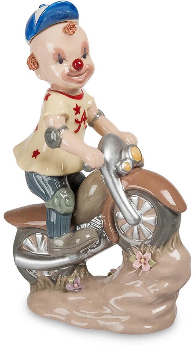 Фигурка Pavone . Клоун на скутере. CMS-23/25CMS-23/25Фигурка  Клоун на скутере (Pavone) Фигурка Клоун на скутере понравится всем любителям красивых и забавных вещей. Фигурка выполнена в виде маленького добродушного клоуна, который мчится на скутере, радуя окружающих своим оптимизмом. Юный клоун нарисовал на своем лице обезоруживающую улыбку и разукрасил свой нос красным цветом, поэтому не остается никаких сомнений – его призвание веселить публику и забавлять народ, тем самым даря нам приятные эмоции. Фигурка Клоун на скутере изготовлена из фарфора. Поверхность изделия покрыта приглушенными перламутровыми красками, благодаря чему этот атрибут органично впишется как в строгие, так и в более неформальные интерьерные стили.