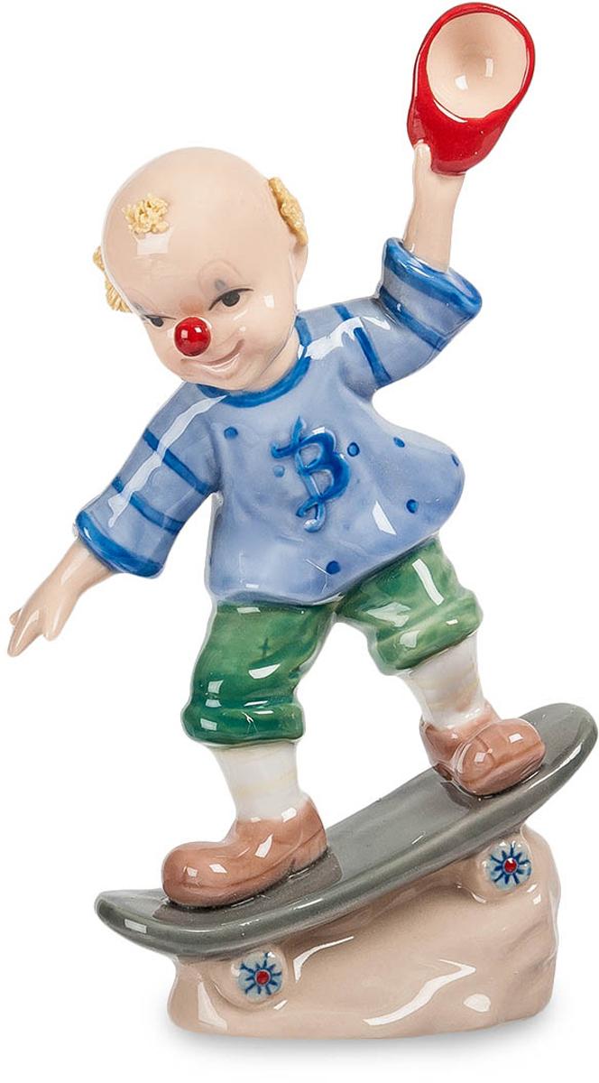 Фигурка Pavone Клоун на скейтборде. CMS-23/26CMS-23/26Фигурка Клоун на скейтборде (Pavone) Клоун выступает не только на цирковой арене. Вот он расположился на скейте и мчится, преодолевая бездорожье, размахивая зажатой в руке бейсболкой. Он такое умеет на этом скейте вытворять, что все окружающие просто лягут со смеху. И дело не в шарике, надетом на нос, это только штрих к забавному образу. Просто клоун должен делать все, за что берется, лучше любого профессионала – в данном случае скейтбордиста. Подарить такого клоуна-скейтбордиста можно парню, увлеченному скейтбордом, чтобы он осваивал свое занятие, доводил свои умения до совершенства и был всегда готов восхитить всех своими умениями. И развеселить!
