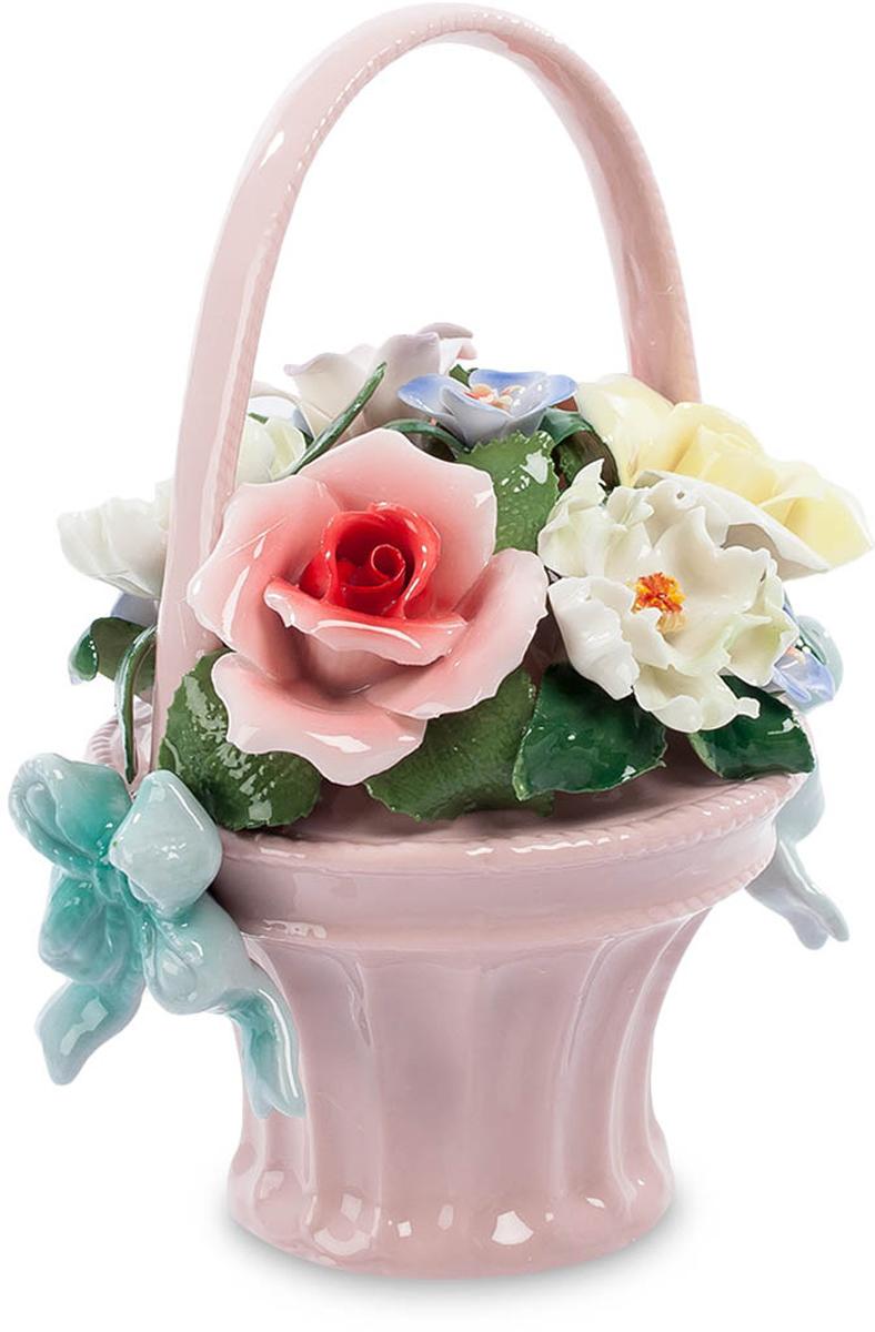 Композиция Pavone Цветочная корзина. CMS-33/23CMS-33/23Композиция Цветочная корзина (Pavone) Корзина живых цветов – это красиво и очень торжественно. Но пройдет несколько дней и от живой красоты ничего не останется – завянут цветы, пожелтеют и засохнут зеленые листья. Вручая живые цветы, продублируйте их вот таким подарком – фарфоровой корзинкой с цветами. Здесь собрана яркая и пестрая композиция – цветы белые и желтые, красные и голубые. И все это – в изящной розовой корзиночке. Каждый лепесток – как живой, краски сочные и явно неподвластные времени. Ваш подарок поставят на видное место и будут вспоминать круглый год – никакая зима не страшна этим цветам! Они всегда будут напоминать и о том, кто их подарил, а вы ведь этого и хотите, правда?