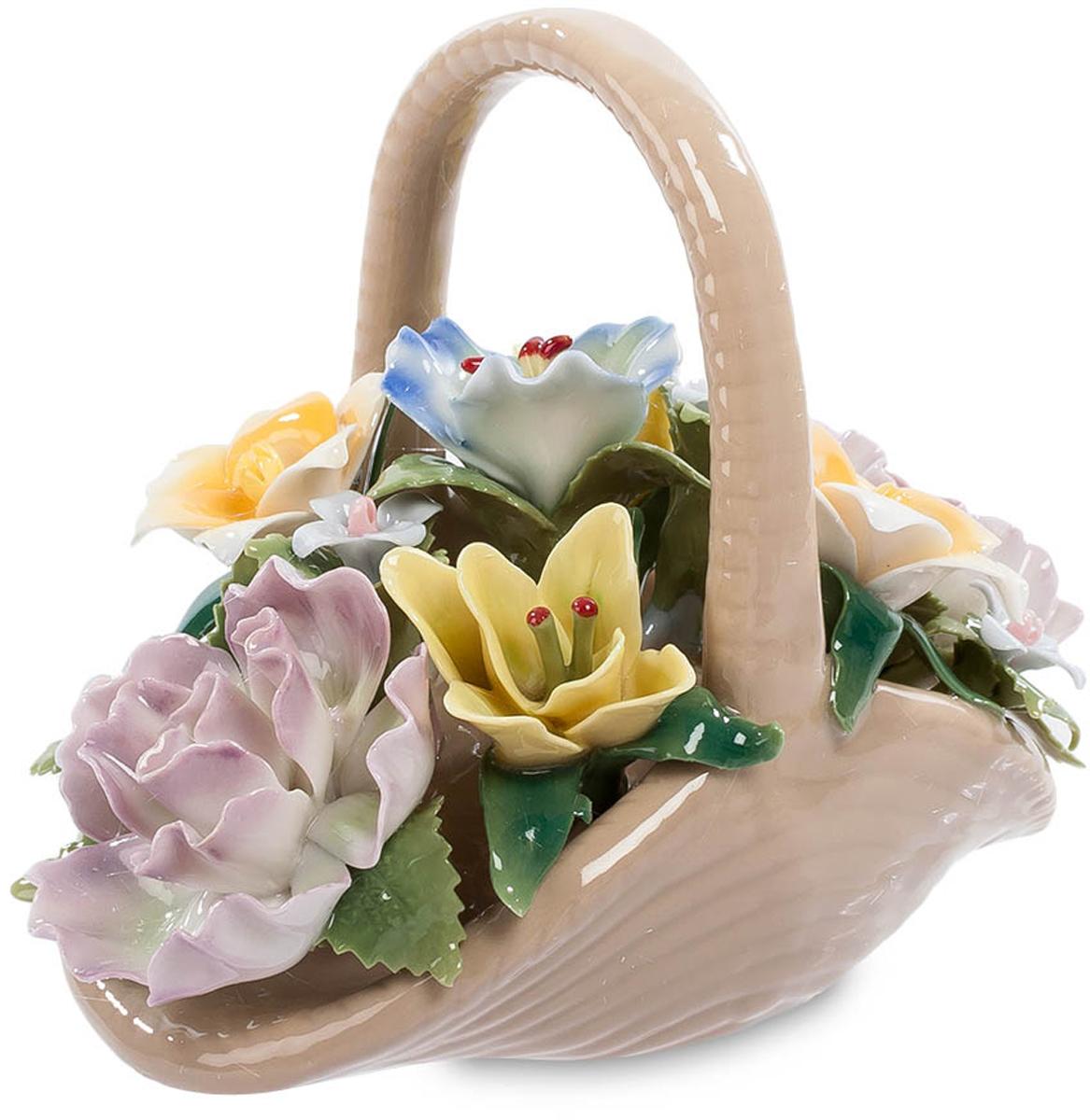 Композиция Pavone Цветочная корзина. CMS-33/25CMS-33/25Композиция Цветочная корзина (Pavone) Цветы в подарок – это всегда радует. Такой знак внимания воспринимается как настоящий порыв души, выражающий искренние чувства. Обидно только, когда спустя 3-5 дней цветы вянут, и их приходится выбрасывать. Хотите, чтобы ваш подарок радовал много лет? Вот перед вами – корзинка с цветами. И сама она и цветы изготовлены из фарфора, но с такой тщательностью, что кажутся живыми. Эта разноцветная цветочная композиция не завянет никогда и будет создавать в вашей комнате летнюю теплую атмосферу, согретую напоминанием о том, что эту корзину подарил. Предпочитаете дарить живые цветы? Подарите фарфоровую корзинку вместе с живым букетом!
