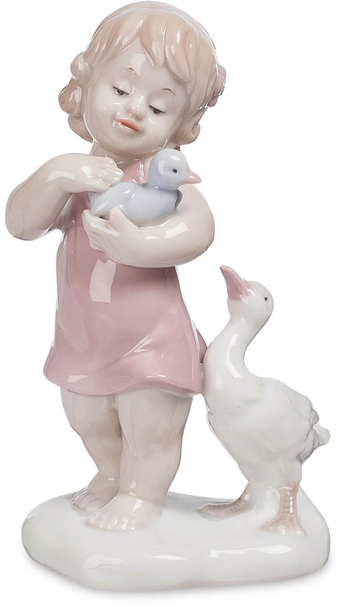 Фигурка Pavone Девочка. JP-42/ 3JP-42/ 3Фигурка Девочки высотой 14 см. Каждая девочка мечтает побыть мамой, хоть чуть-чуть! Общение с домашними животными – лучшая школа для ребенка, дающая представления о внешнем мире и правилах, которые в нем действуют. Дети, выросшие в окружении животных, проще и естественнее входят в мир взрослых отношений. Фарфоровая статуэтка Девочка изображает кроху с гусенком на руках; судя по наряду и поведению, в деревне она проездом и с интересом знакомится с животным миром сельской местности. Одежда юной натуралистки состоит из короткого розового платья. Скромный наряд лишь приближает ее к животному миру, в котором одеждой является кожа, шкура или оперение. Девочку заинтересовал голубой гусенок, которого она держит в левой руке и поглаживает правой. Родительница-гусыня с трудом переживает разлуку с ребенком и с нетерпением ждет возвращения малыша у ног девочки. Высота статуэтки – 14 сантиметров. Ей можно превосходно украсить кухню, спальню, одну из комнат...