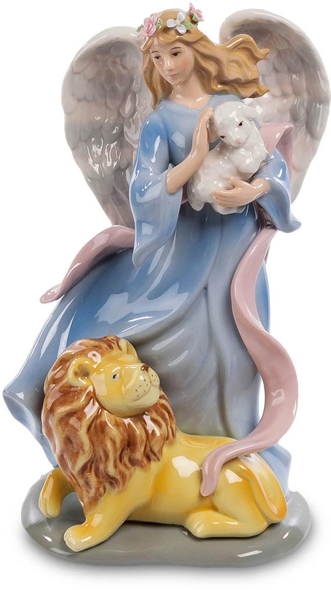 Музыкальная статуэтка Pavone Ангел и лев. CMS-24/ 6CMS-24/ 6Музыкальная статуэтка Ангел и лев (Pavone) Сильный лев и слабый ягненок, классическое противостояние силы и нежности, охотника и жертвы, жестокости и ласки. Но сегодня в трагический сюжет вмешалась иная сила – девушка-ангел с мощными крыльями за спиной забрала ягненка на руки, желая защитить символ беззащитности. И лев покорно улегся у ног ангела, лишь посматривая на объект несостоявшейся охоты. Защити слабого – и сильный склонится перед тобой с уважением, говорит сюжет этой скульптурной композиции. И это не просто скульптура из фарфора – это музыкальная фигурка, так что она украсит вашу комнату не только своей красотой, но и звуками прекрасной музыки.
