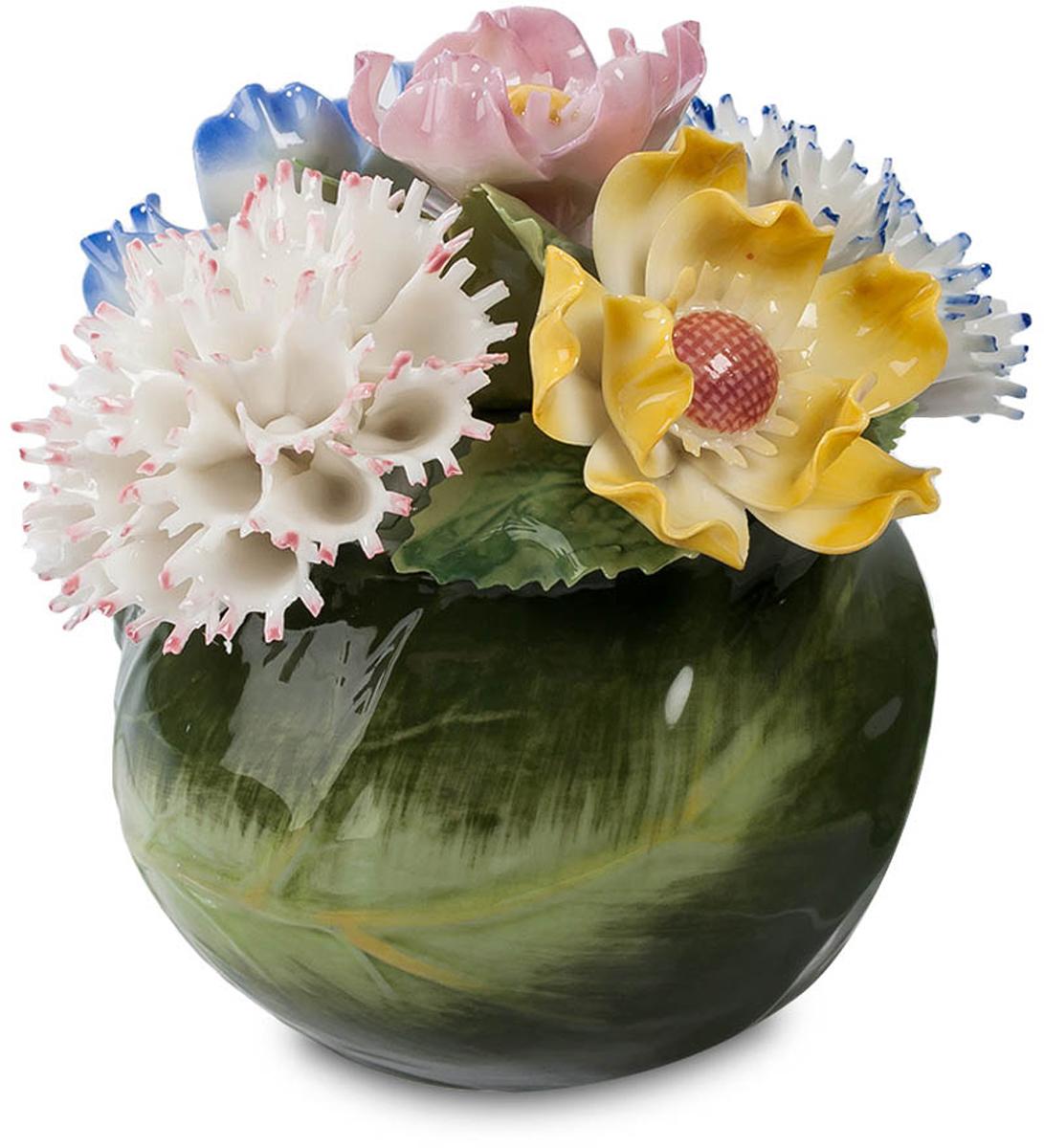 Композиция Pavone Гвоздики. CMS-33/31CMS-33/31Композиция Гвоздики (Pavone) Вазочка, в которой разместилась эта цветочная композиция, как будто свернута из зеленых листьев. И цветы в ней напоминают живые гвоздики, причем весьма причудливых сортов – белые с розовыми краями, бело-голубые, белые с сиреневым. Эта композиция хороша тем, что цветы, в нее входящие, не завянут через неделю, а останутся такими же яркими и свежими на вид. Тоненькие лепестки выполнены из фарфора – даже не верится, что это не живые цветы. Поставить такую подборку гвоздик в комнате – значит на весь год впустить атмосферу весны. И зимой весеннее настроение лишним не будет!