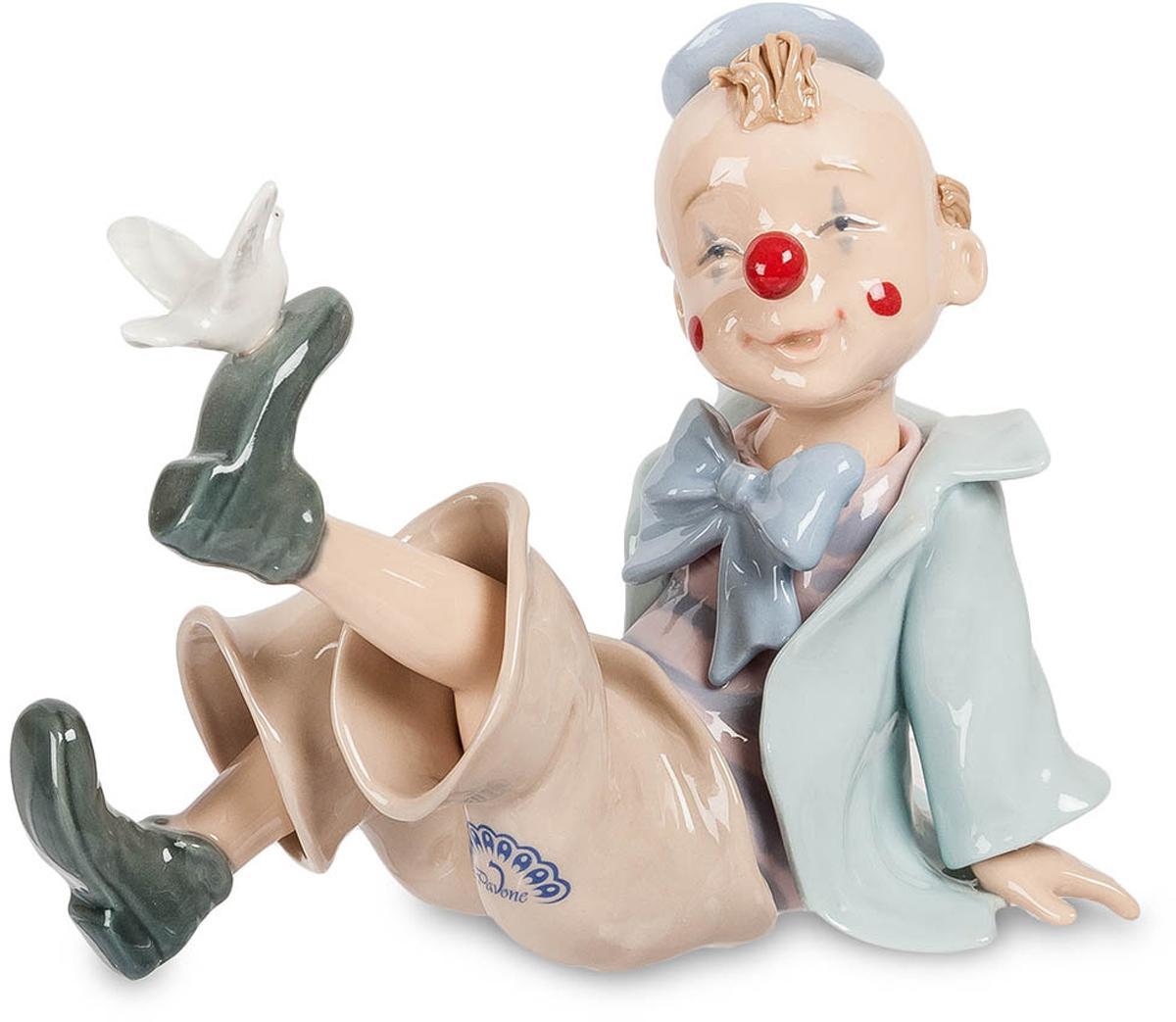Фигурка Pavone Клоун с голубем. CMS-23/36CMS-23/36Фигурка Клоун с голубем (Pavone) Фигурка Клоун с голубем - удивительное интерьерное украшение, которое понравится как взрослым, так и детям. Героем этого фарфорового произведения является маленький мальчик, который решил стать клоуном, чтобы радовать людей своими шутками. Мальчик позаботился о своем образе, украсив костюм большим бантом, а нос – красным колпачком. Мальчик сидит на полу и играет с белоснежным голубем, который прилетел к его ботинку, решив тем самым рассмешить будущего клоуна. Изделие, изготовленное из тончайшего фарфора, расписано нежными пастельными красками, благодаря чему оно органично впишется в любой интерьерный стиль.