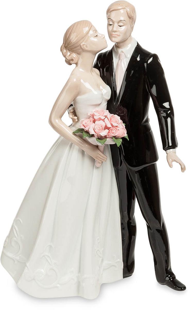 Статуэтка Pavone Молодожены. JP-15/36JP-15/36Статуэтка Молодожёнов высотой 26 см. Легким поцелуем был награждён жених за прилежное поведение на свадебной церемонии.