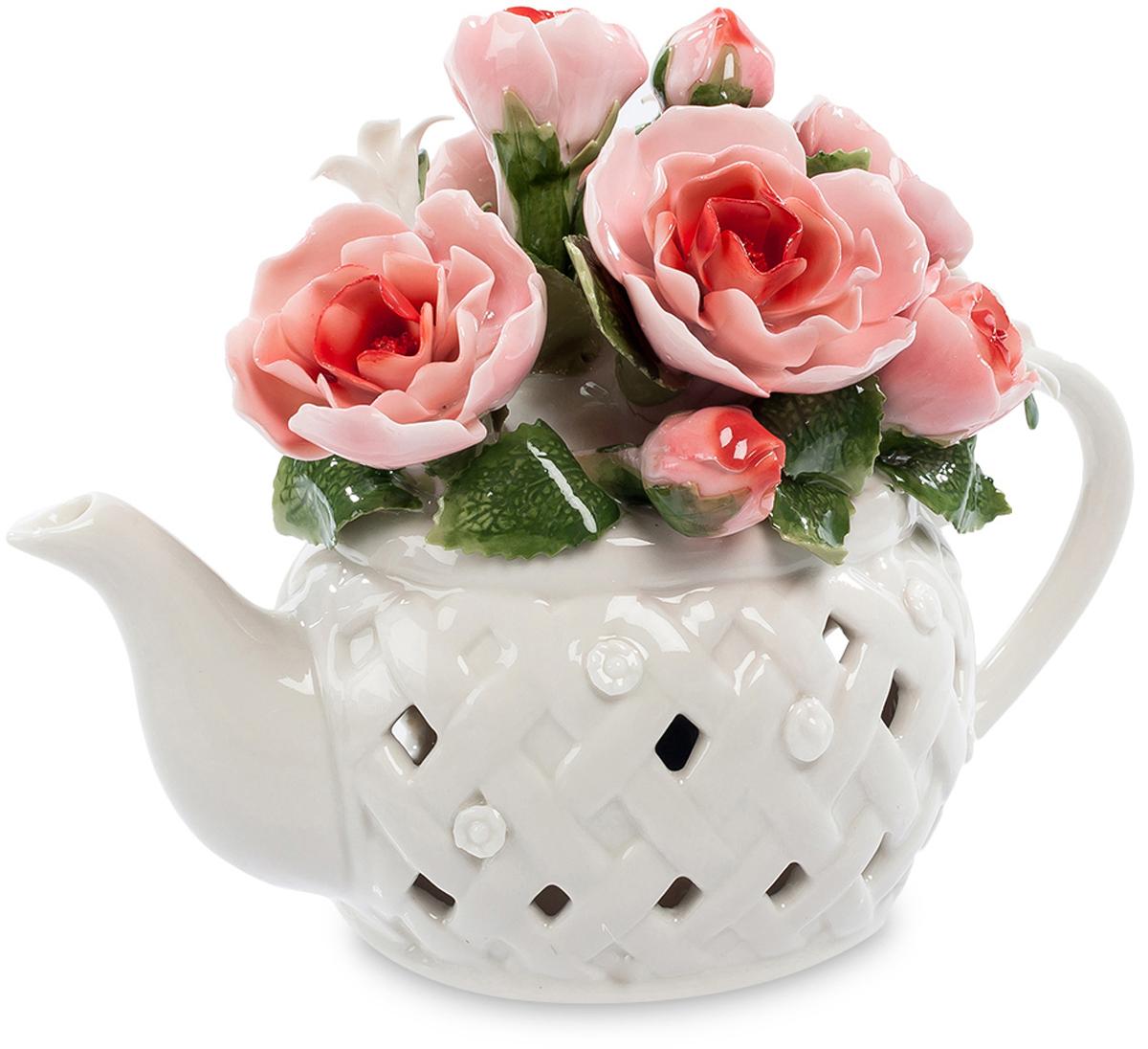 Музыкальная композиция Pavone Чайник с цветами. CMS-33/39CMS-33/39Музыкальнаякомпозиция Чайник с цветами (Pavone) Этот белый заварочный чайник на самом деле не предназначен для приготовления в нем чая. Он является основой для размещения прекрасной цветочной композиции из нескольких ало-розовых роз. Каждый фарфоровый лепесток кажется живым, на зеленых листиках видны прожилки, этот букет в чайнике выглядит очень красиво и способен в любое время года создать праздничное настроение. Но есть в чайнике и еще один секрет – в него встроен музыкальный механизм, который достаточно просто завести, чтобы полились звуки приятной музыки. Такой многоцелевой сувенир – превосходный подарок, украшающий комнату и радующий слух.