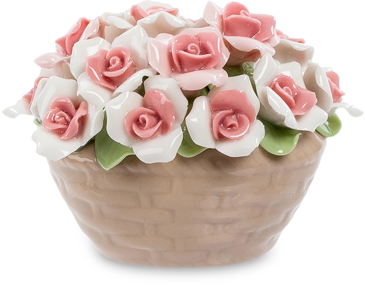 Композиция Pavone Корзинка Роз. CMS-33/47CMS-33/47Композиция Корзинка Роз (Pavone) Не обязательно дарить на день рождения огромный букет или корзину с цветами. Они живут недолго и через неделю завянут и будут выброшены. А эта маленькая корзиночка с десятком бело-розовых розочек останется как память, надолго. Можно будет каждый день глядеть на нее и вспоминать того, кто ее подарил. А долгая память – это ведь самый лучший подарок. Такие розы обязательно создадут хорошее настроение, которое вы пронесете через весь день, а вечером получите от этой корзинки новую порцию приятных эмоций. Не сомневайтесь – это действительно очень хороший подарок, хоть и маленький…