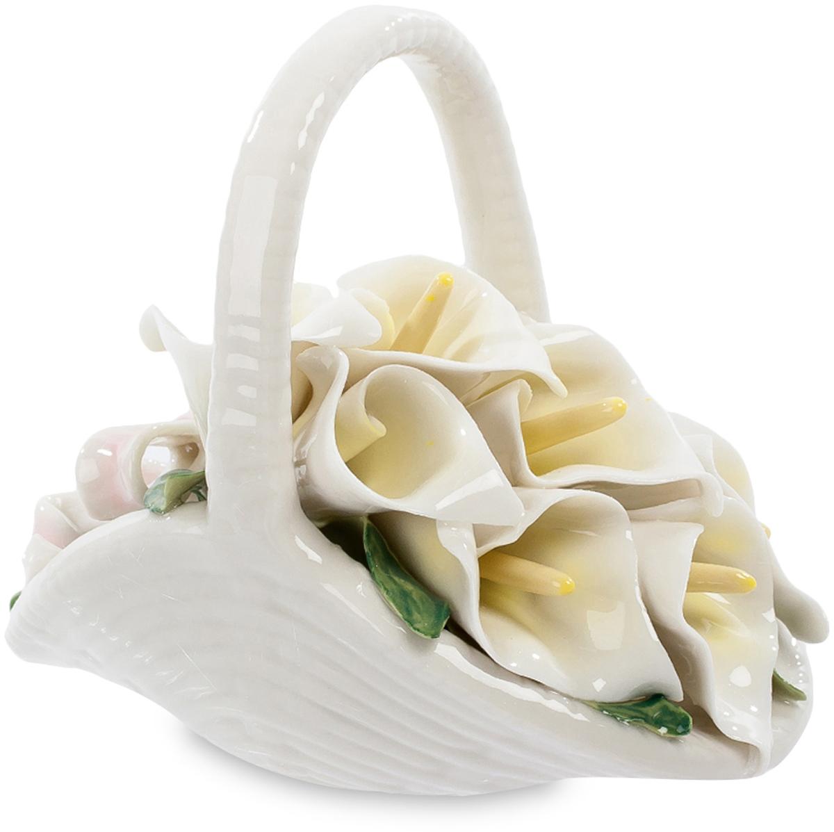 Композиция Pavone Цветочное очарование. CMS-33/51CMS-33/51Композиция Цветочное очарование (Pavone) Вся эта цветочная композиция выстроена в исключительно белых тонах. В белой фарфоровой корзиночке аккуратно выложены белые цветы каллы, торжественные, строгие, с бледно-желтыми пестиками. Букет калл перевязан бледно-розовым бантиком – настоящий свадебный букет! И только сочная зелень листьев выделяется на белом фоне. Не верится, что вся эта композиция – от корзинки до ленточки и до нежных лепестков – выполнена из фарфора. А, значит, эти цветы никогда не завянут и будут круглый год напоминать о торжестве, по случаю которого были подарены. И о том, кто именно их подарил!