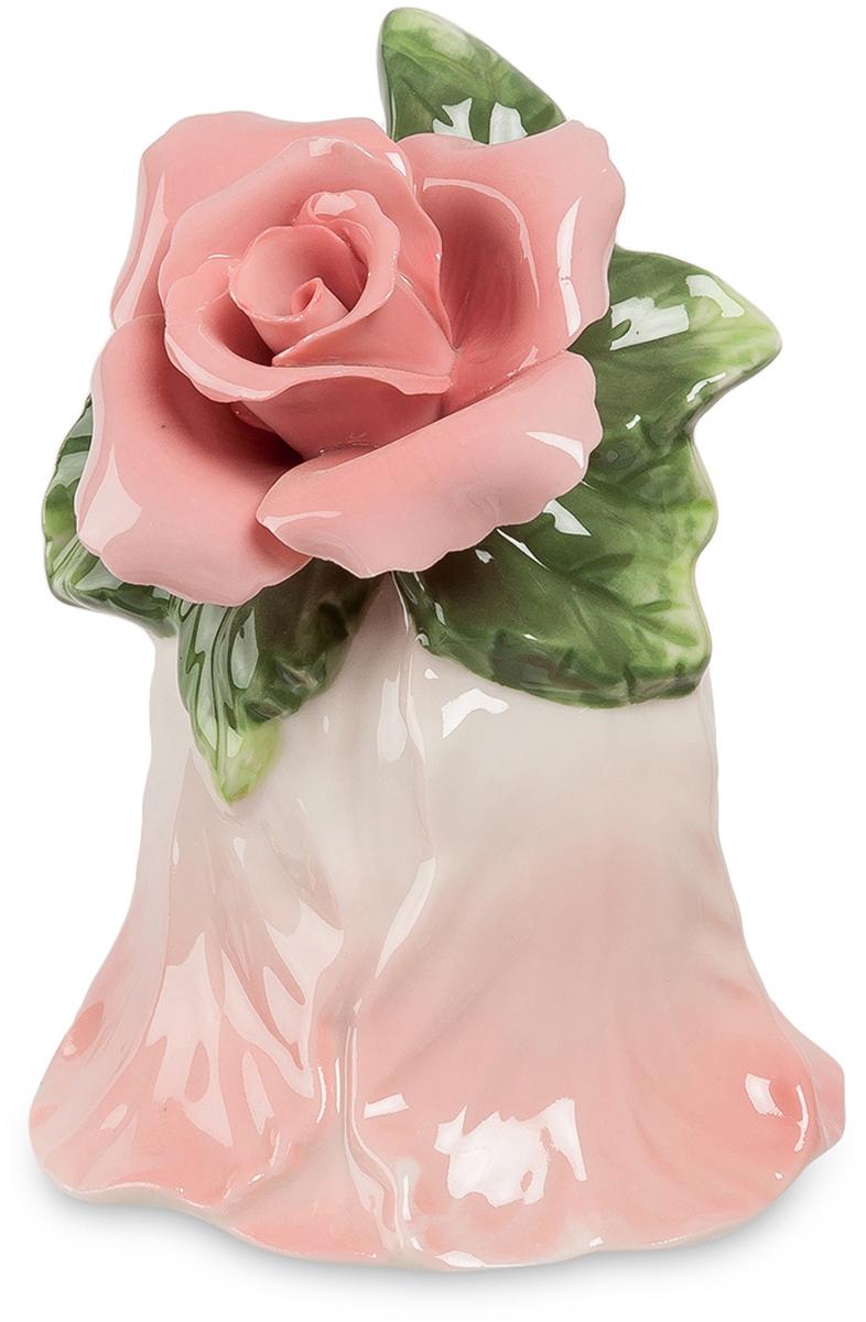 Колокольчик Pavone Райский цветок. CMS-36/ 7CMS-36/ 7Колокольчик Райский цветок (Pavone) Если в большом доме надо кого-то позвать и при этом не хочется кричать на весь дом, стоит иметь для этой цели колокольчик. Тем более, такой красивый. Сам он представляет собой перевернутый цветок нежного розового цвета. А вместо ручки на нем расположена удивительной красоты розовая роза с тончайшими фарфоровыми лепестками. Под розой – несколько листьев: похоже, что эту розу только что срезали прямо с куста вместе с веточкой и просто положили на нежный колокольчик. Голос фарфорового колокольчика не такой громкий, как металлического, но зато он намного мелодичнее. Если вы вручите этот сувенир в качестве подарка, роза на нем никогда не завянет!