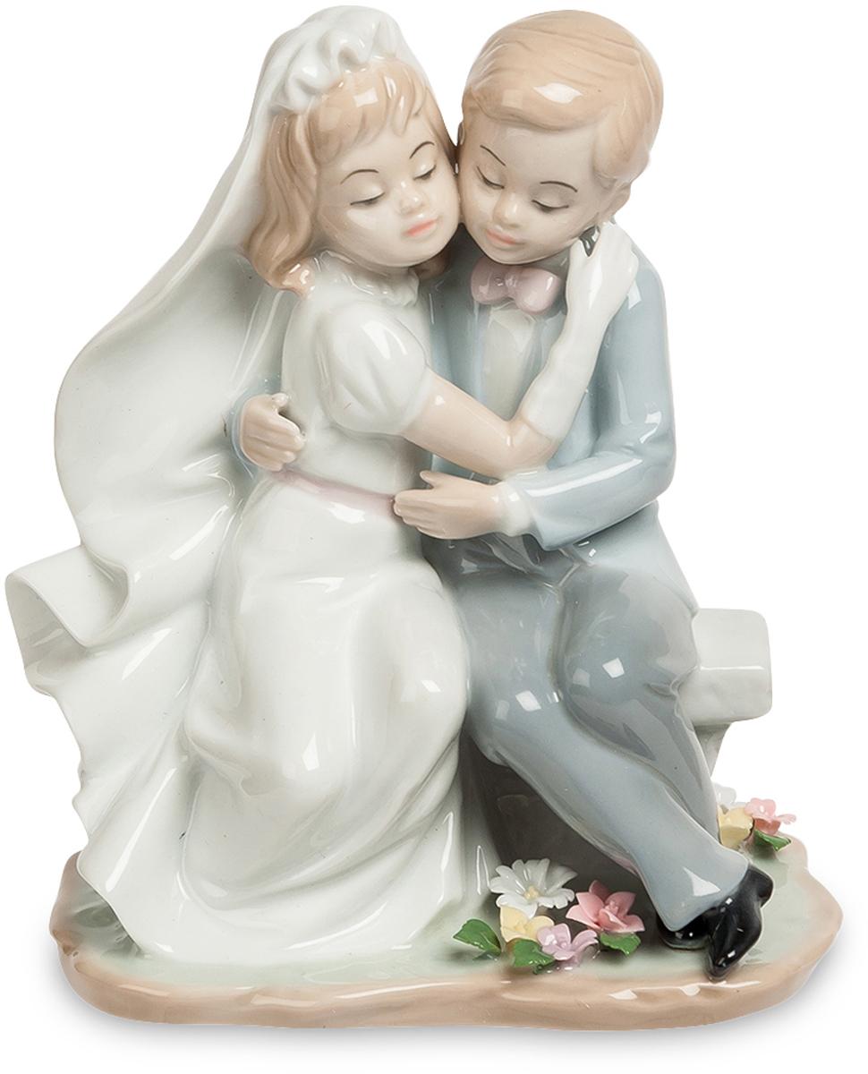Статуэтка Pavone пара Знаменательный день. JP-15/45JP-15/45Фигурка Детей высотой 18 см. Хоть они еще маленькие, им тоже хочется такого юольшого и красивого праздника! Очаровательная, изящная статуэтка пары станет хорошим, знаменательным подарком или сувениром к свадебному торжеству. Будь это сама свадьба, а может - годовщина или юбилей, но именно такие милые пустячки и делают свадьбу романтичным, полным нежности и любви друг к другу праздником. Статуэтка очень мила, привлекательна и удивительно трогательна. Она станет украшением женского туалетного столика, рабочего офисного стола, полочки с сувенирами. Фарфоровая статуэтка - это не только прекрасное напоминание о самом лучшем дне в жизни, но и как признание того, что день бракосочетания навечно запечатлен в памяти. Глядя на маленькую статуэтку, поддаешься ее очарованию. Она уносит нас в далекий мир, где все заканчивается сказочным свадебным пиром. Высококлассный фарфор, удивительно тонкая и красивая ручная роспись, нежные пастельные цвета - делают из вещи...