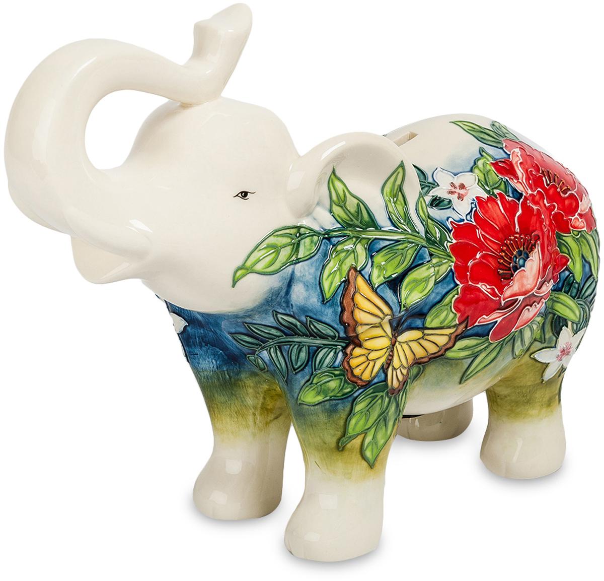 Копилка Pavone Слон. JP-158/ 5JP-158/ 5Фигурка Слона высотой 22 см. Слон, хоть и добрый, но денежку вашу охранять будет как настоящий лев! Упитанный и довольный жизнью белый слон приглашает экономить деньги, собирая металлическую мелочь. Статуэтка имеет прорезь в спине, что превращает её в классическую копилку. Фарфор украшен флористическим орнаментом, в котором, среди листьев и роскошных цветов, скромно притаилась жёлтая бабочка. Рисунок защищён с помощью блестящей глазури. Копилка белый слон поставляется в коробке с обивкой под синий бархат.