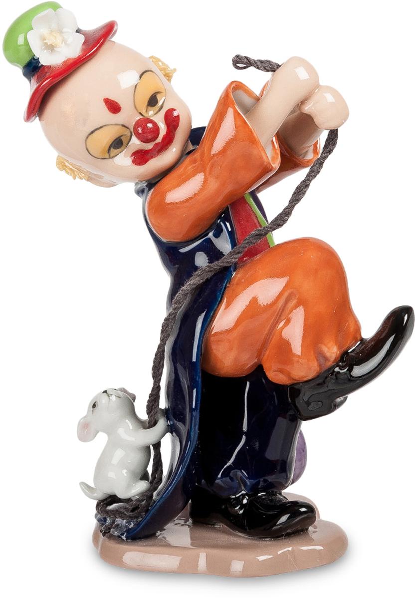 Фигурка Pavone Клоун. CMS-23/37CMS-23/37Фигурка Клоун (Pavone) Клоун на арене выступает вместе со своей верной помощницей – маленькой собачкой. Он подчеркнутым строевым шагом движется вперед, уверенный, что щенок бежит за ним на веревочке. А находчивый малыш забрался на длинную, волочащуюся по полу фалду концертного фрака и спокойно едет, не прикладывая никаких усилий. И только посматривает вверх, на хозяина: покатай меня еще немножко! Улыбка у клоуна – нарисованная, хотя на самом деле он не улыбается и тревожится: не подведет ли щенок, не забудет ли про все, чему он его учил. Веселить людей и так непросто, а при этом еще и дрессированных животных использовать – это уж совсем вершина клоунского мастерства.
