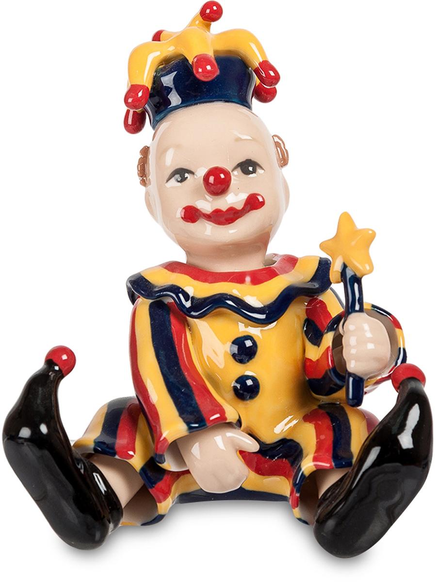 Фигурка Pavone Клоун. CMS-23/39CMS-23/39Фигурка Клоун (Pavone) Клоун должен всех смешить – работа такая. Вот он и надел классический клоунский наряд, нацепил нос в виде красного шарика и нарисовал себе яркий рот на пол-лица. Комичные туфли с загнутыми носами, леденец на палочке в руке комичная фигурка. Но в глазах усевшегося прямо на арену клоуна веселья нет, и под нарисованной улыбкой настоящая не просматривается. Он ведь не себя взялся смешить – всех окружающих, а то, что на душе грустно – никому не показывает. Пусть бывает в жизни тяжело и невесело, не сдавайся и не показывай другим свою грусть: с таким пожеланием можно вручить такую фигурку в подарок – пусть веселит!