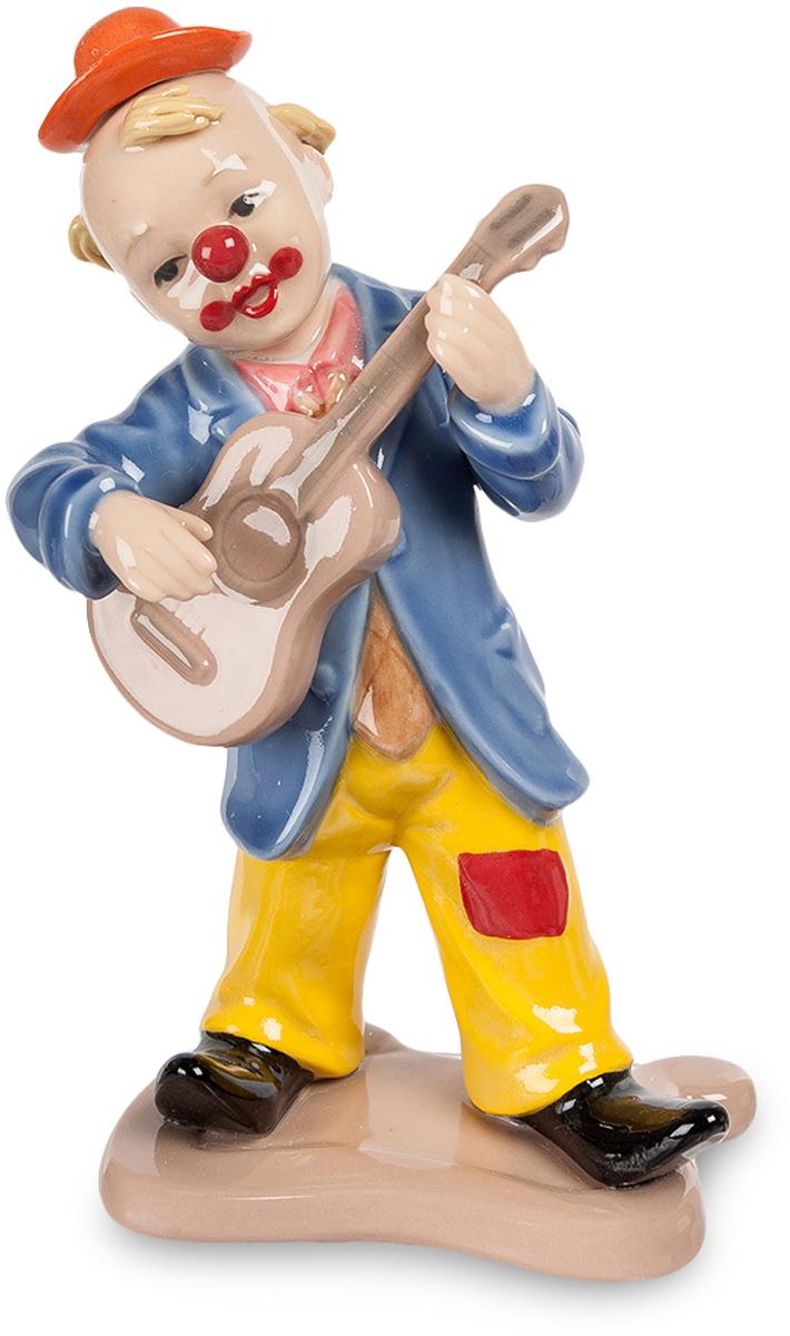 Фигурка Pavone Клоун. CMS-23/45CMS-23/45Фигурка Клоун (Pavone) Приготовьтесь – веселый клоун сейчас будет играть на гитаре и петь свои веселые куплеты. Одежда вполне концертная, с такой яркой раскраской на улицу не выйдешь, а вот на эстраду или арену цирка – запросто. Огромный галстук, миниатюрная шапочка и роскошные черные лакированные штиблеты. Классический нос шариком – даже на вид смешно, а насколько же смешной будет песенка! Подарок как специально для человека, который никогда не унывает и готов веселить всех.