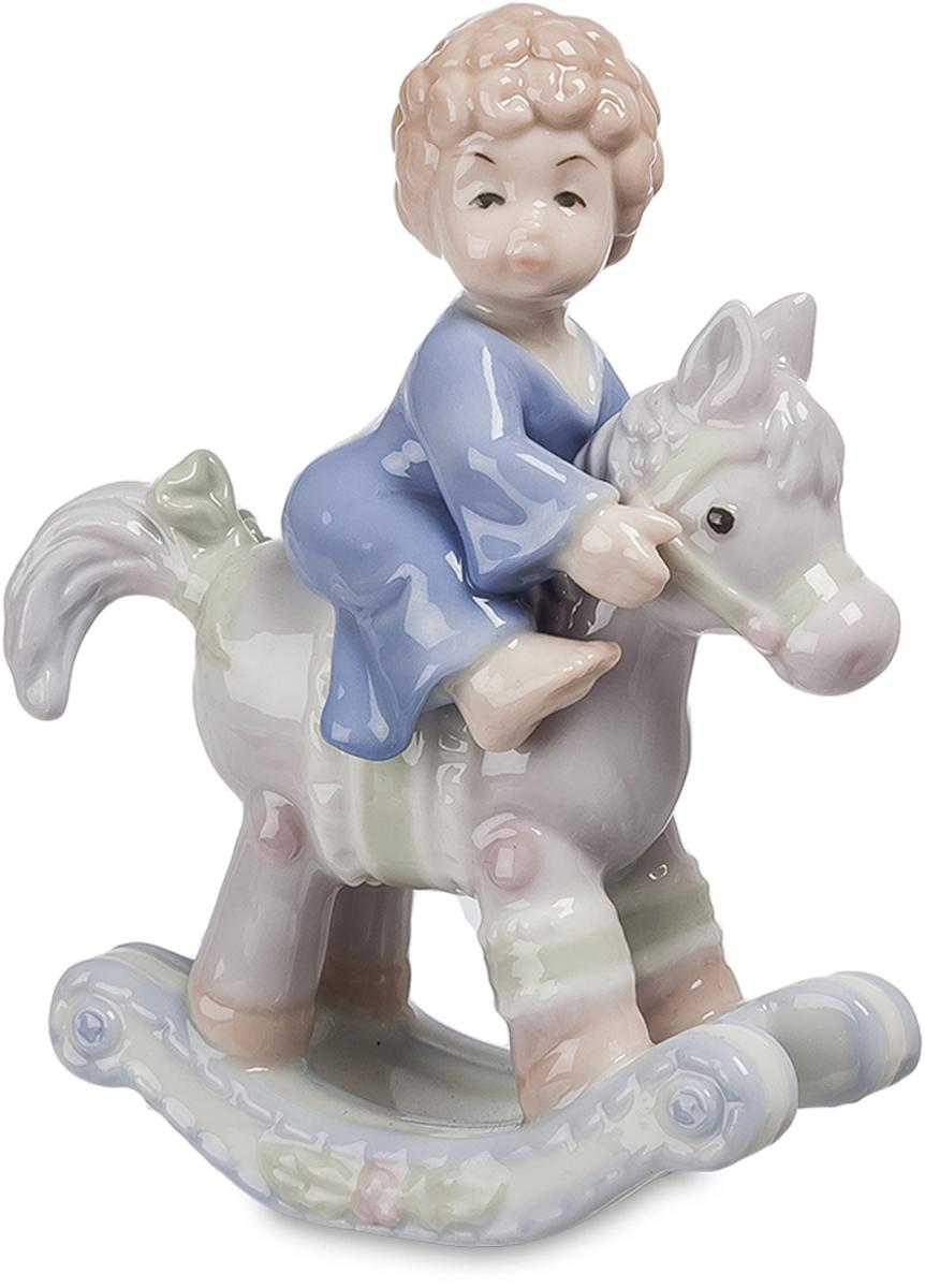 Фигурка Pavone Мальчик на лошадке. JP-36/15JP-36/15Фигурка Мальчик на лошадке будто маленький ангелочек, это милое дитя воплощает собой детскую искренность, непосредственность. Маленькая лошадка, на которой он сидит, дополняет нежный образ композиции. Мягкие цвета придают статуэтке красоту, изящество и благородство. От фигурки исходит энергия тепла и детской искренней радости.