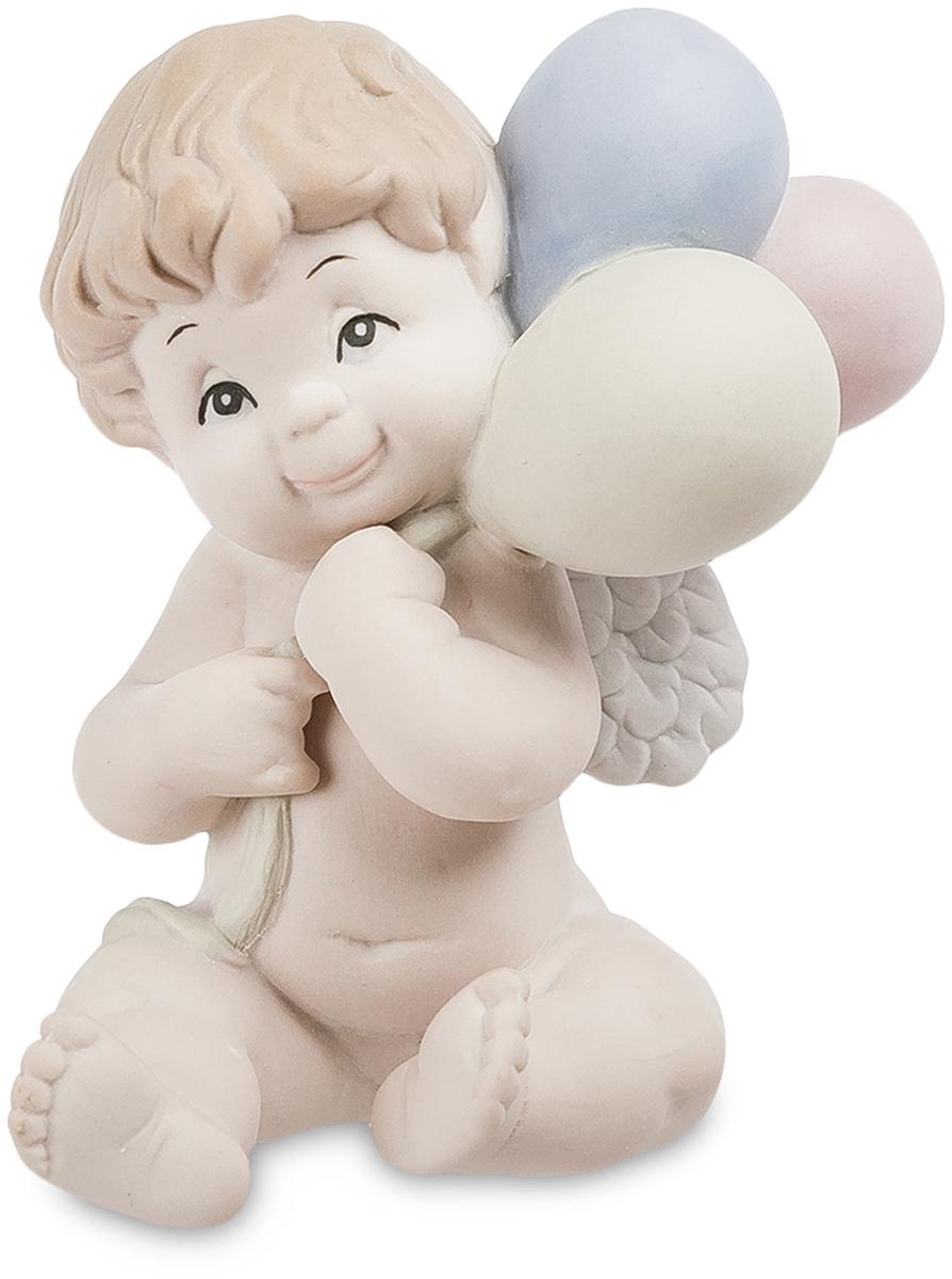 Фигурка Pavone Ангелочек. JP-48/26JP-48/26Фигурка Ангелочек бисквит (Pavone) Бисквитный фарфор – это материал удивительной прочности и красоты, из которого изготавливают большинство украшений и статуэток. Фарфоровая фигурка Ангелочек изображает милого мальчика, держащего в руках несколько воздушных шариков и мечтательно улыбающегося кому-то вдали. Купидоны в виде маленьких пухленьких ангелочков издавна были символами любви, нежности и умиротворения. Фигурки детей и до сих пор пользуются популярностью и приносят мир и счастье в дом, куда их приобретают.