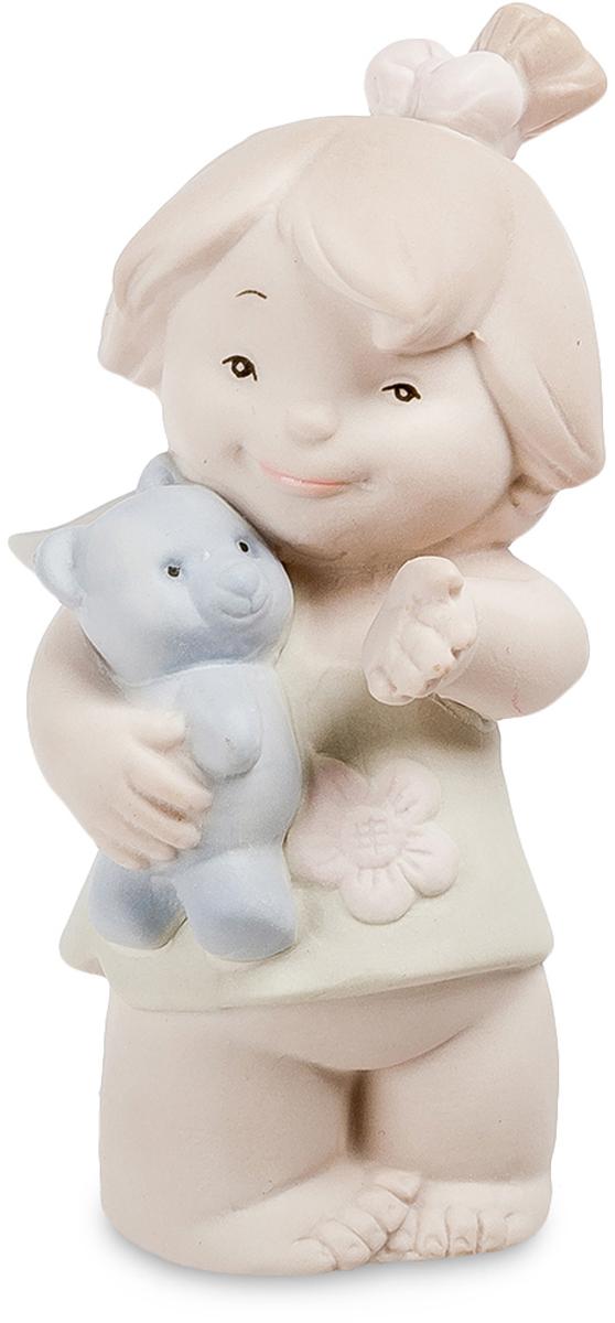 Фигурка Pavone Девочка. JP-48/27JP-48/27Фигурка Девочка бисквит (Pavone) Дети, игры которых не требуют ответственных решений и не сулят серьезными неприятностями, легче взрослых проявляют чувства, и часто, не ведая того, демонстрируют вполне взрослое поведение. Девочки, играя в куклы и забавляясь с любимыми плюшевыми зверьми, по-матерински относятся к неодушевленным предметам: им важно проявлять заботу, а не получать ответную реакцию. Статуэтка Девочка, сделанная из бисквитного фарфора, посвящена детству и первым урокам материнской заботы, которую маленький ребенок проявляет к синему плюшевому мишке. У девочки открытое, доброе лицо и довольная улыбка. Она обнаружила перед собой что-то интересное и указывает рукой на предмет, знакомя с приятным явлением игрушку, которую бережно прижимает к груди правой рукой. На девочке короткое зеленое платьице, украшенное цветочком, а ее волосы на затылке перетягивает розовая лента. Девочка не просто довольна, а по-матерински спокойна, отдавая себя без...