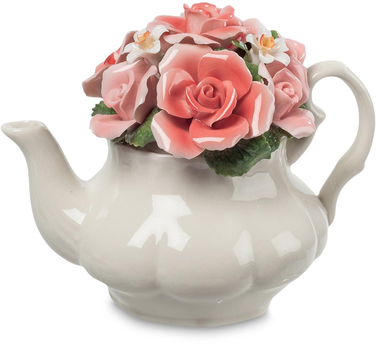 Композиция Pavone Чайник с цветами. CMS-33/70CMS-33/70Композиция Чайник с цветами (Pavone) Что делать, когда срезанные цветы некуда поставить? Нет под рукой ни кувшина, ни вазы, ни даже простой банки. Вот чайник под руку подвернулся – поставим в него! Простая, но удивительная композиция из розовых роз с зелеными листьями и мелких белых цветочков между ними получилась удивительно красивой: поистине розы способны украсить все вокруг себя, превратив прозаичный чайник в элегантную вазу с нежными изгибами носика и ручки. Такой букетик можно поставить где угодно – на кухне или в гостиной: розы украсят любое помещение, и никто не скажет, что чайник стоит не на месте, он же несет в себе букет роз!
