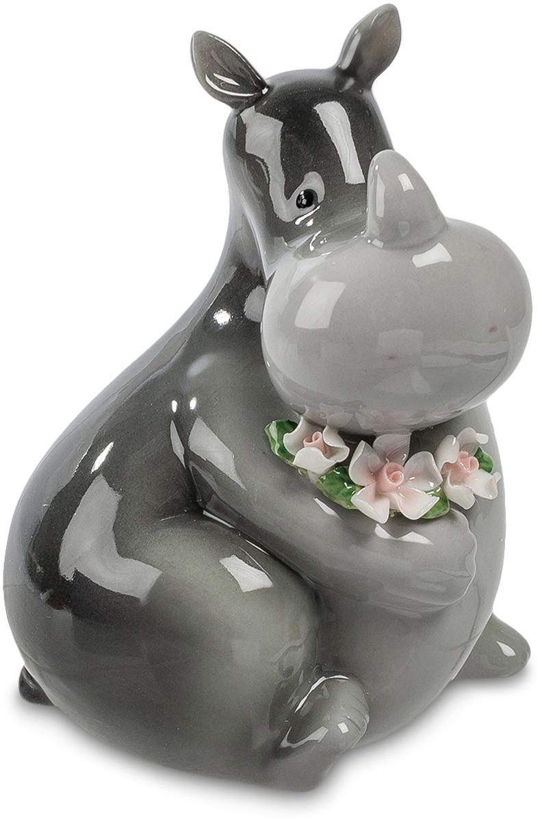Копилка Pavone Носорог. CMS-60/12CMS-60/12Копилка Бегемот (Pavone) Может ли грубый, толстый, серый носорог выглядеть нежным и привлекательным? Еще как может – посмотрите на этого симпатичного, улыбающегося зверя, который как бы принес вам целую охапку свежих цветов. От такого доброжелательного носорога так и исходит внимание, доброта и искреннее пожелания счастья. Но эта статуэтка – не просто цветы в лапах носорога: на нее можно не только смотреть с удовольствием. Она имеет и практическое назначение: в щель на спине можно бросать монетки, собирая денежный запас на покупку, о которой давно мечтаете. Оказывается, носорог и мечтам исполняться помогает!