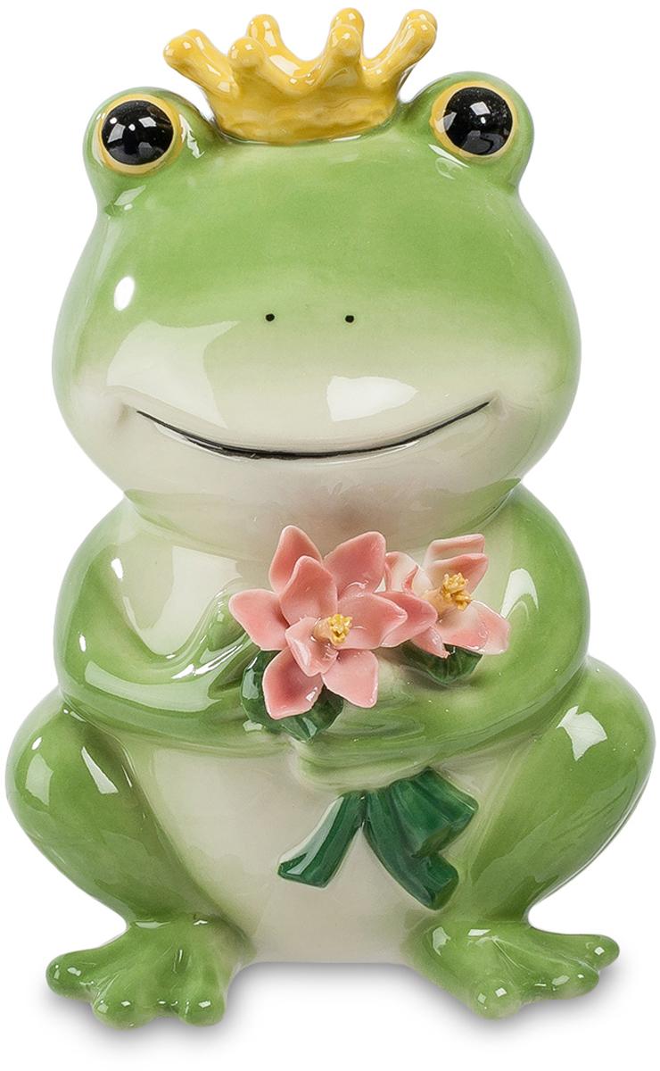 Копилка Pavone Лягушка. CMS-60/13CMS-60/13Копилка Лягушка (Pavone) Эта зеленая лягушка пришла к вам в гости с букетом цветов. Изысканные лепестки лотоса нежного розового цвета – это знак искреннего чувства. Лягушка как будто улыбается, внимательно глядя на вас. Это же не простая болотная квакушка, это – царевна, которую надо только рассмотреть под лягушачьим обликом, и тогда она обернется прекрасной девушкой. Оглядись вокруг, мой принц, я ведь – самая красивая, а потому, что я – твоя, и нам самой судьбой назначено быть всегда вместе. Готовь свою стрелу, я буду ее ловить и поймаю обязательно: сказка всегда находит свое отражение в реальной жизни!