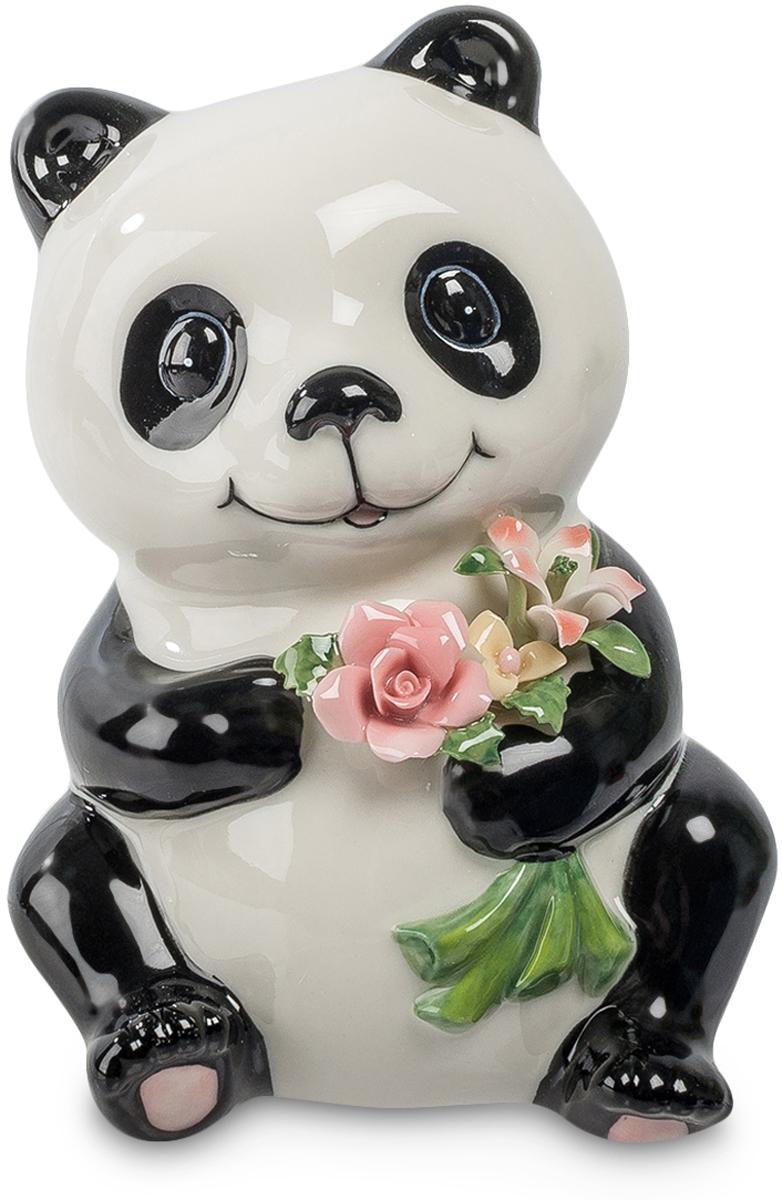 Копилка Pavone Панда, высота 13 смCMS-60/15Копилка Pavone Панда, изготовленная из высококачественного фарфора, станет отличным украшением интерьера вашего дома или офиса. Копилка выполнена в виде милой панды. На оборотной стороне изделия имеется прорезь для монеток и отверстие на дне изделия для извлечения денег. Панда - зверек симпатичный. Она как будто улыбается вам навстречу, готовая вручить маленький букетик красивых цветов. Что ж, пусть она послужит посредником, каждый день вместе с этими скромными цветами даря вам превосходное настроение. Высота копилки: 13 см.