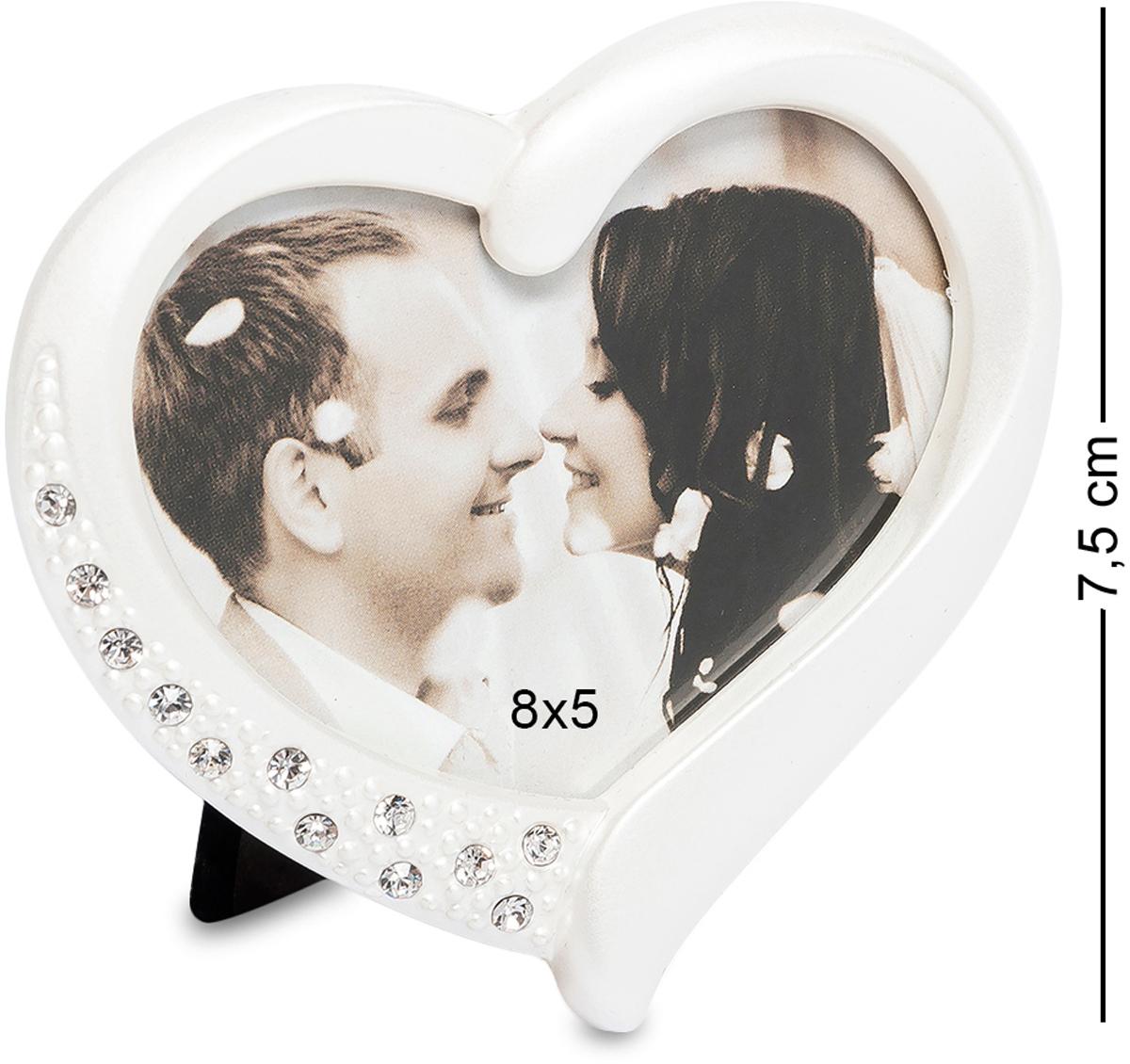 Фоторамка Bellezza Casa Сердце, фото 8х5. CHK-165CHK-165Фоторамка для фотографий 8х5 см. Влюбленные любят часто и много фотографироваться, а также дарить друг другу свои фотографии. Эти фотографии хочется поставить на самое видное место в комнате и бесконечно любоваться любимыми чертами. Для таких особенных фото подойдет фоторамка Сердце. Фоторамка Сердце размером 13х13выполнена в виде сердца. Материалом, из которого сделана рамка, является металл. Вверху рамка усыпана стразами, которые при малейшем попадании солнца, заиграют на стенах комнаты веселыми солнечными зайчиками, тем самым создадут прекрасное настроение ее обладателю. Стразы предают фоторамке особенную торжественность и неповторимость. Фоторамка Сердце станет очаровательным подарком любимой девушке на день святого Валентина или будет прекрасным дополнением к свадебному подарку. Такую рамку можно подарить любимой маме или любящей дочери.