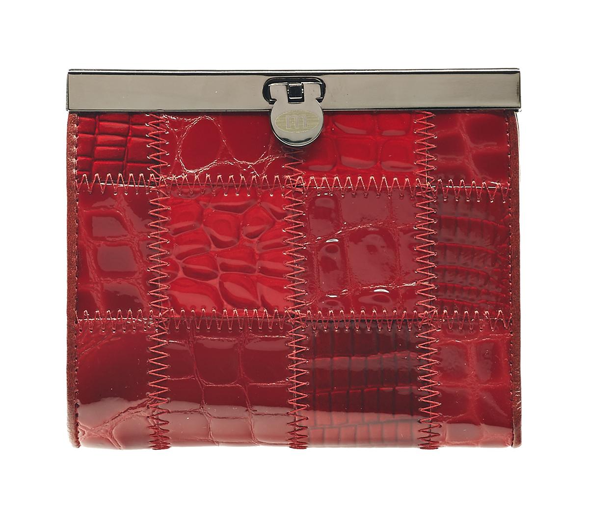Кошелек женский Malgrado, цвет: красный. 44009A-444A Red44009A-444A Red Кошелек Сред. MalgradoЖенский кошелек Malgrado выполнен из натуральной кожи высшего качества и оформлен заплатками с разной фактурой и рисунком. Внутри кошелек содержит три отделения для купюр, одно из которых на молнии, отделение для мелочи на кнопке, три наборных кармашка для кредитных карт или визиток, два кармашка из прозрачного пластика и карман для мелких бумаг и чеков. Закрывается кошелек на небольшой металлический замочек. Кошелек упакован в фирменную картонную коробку. Характеристики: Материал: натуральная кожа, текстиль, металл. Цвет: красный. Размер кошелька: 11,5 см х 9,5 см х 2,5 см. Размер упаковки: 12,5 см х 11 см х 3 см. Артикул: 44009A-444A.