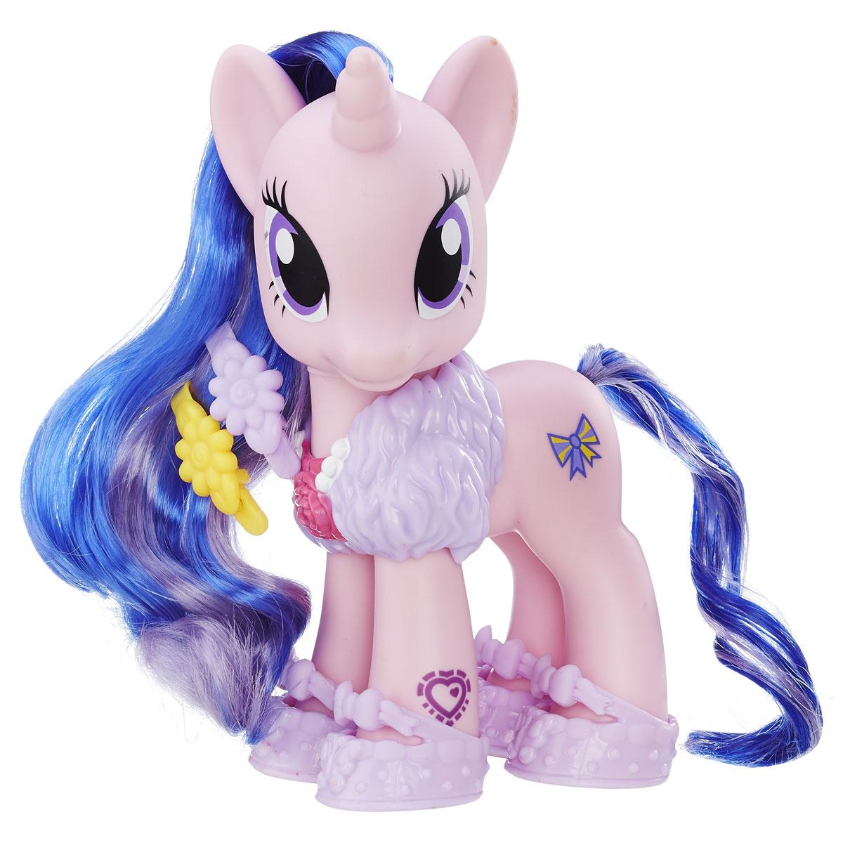 My Little Pony Фигурка Royal RibbonB5364_B8850Фигурка My Little Pony Royal Ribbon станет отличным подарком для каждой девочки. Лошадка имеет шикарные хвост и гриву, состоящие из прядей двух цветов. Их можно укладывать в самые оригинальные прически, заплетать косички. В комплект входит не только сама фигурка, но и несколько аксессуаров для создания модного образа. Фигурка выполнена из качественных и безопасных материалов. На ноге у фигурки изображена кьюти-марка. Если ее отсканировать специальным приложением на мобильном устройстве, в нем откроются бонусные возможности. Благодаря маленькому размеру фигурки ребенок сможет взять ее с собой на прогулку или в гости. Порадуйте свою малышку таким замечательным подарком!