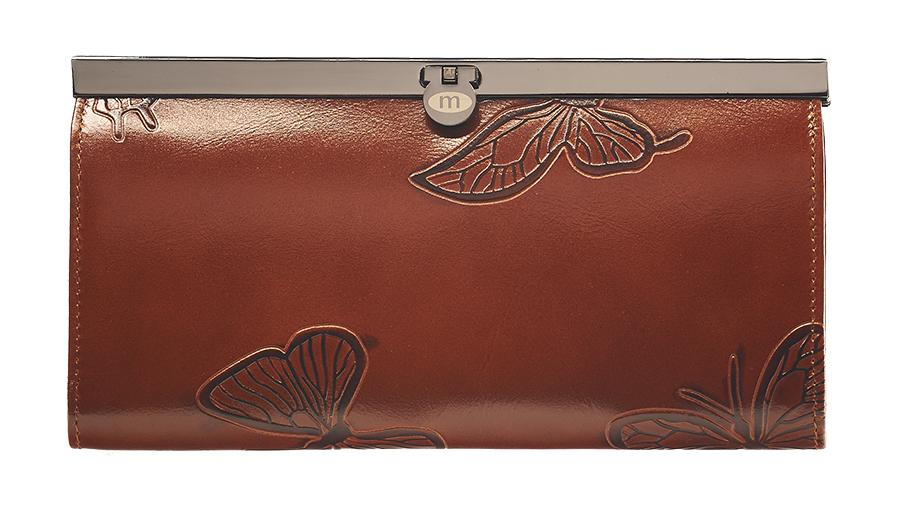 Кошелек женский Malgrado, цвет: коричневый. 73003-7002D73003-7002DСтильный кошелек Malgrado изготовлен из натуральной кожи коричневого цвета с декоративным тиснением в виде бабочек. Внутри содержит пять основных отделений, одно из которых на молнии, по три кармашка на боковых стенках для карточек, визиток или кредиток, два прозрачных кармашка для пропуска, проездного билета или фотографии. Закрывается кошелек на небольшой металлический замочек. Кошелек упакован в подарочную металлическую коробку с логотипом фирмы. Такой кошелек станет замечательным подарком человеку, ценящему качественные и практичные вещи. Характеристики: Материал: натуральная кожа, текстиль, металл. Размер кошелька: 19 см х 10 см х 2 см. Цвет: коричневый. Размер упаковки: 23 см х 13 см х 4,5 см. Артикул: 73003-7002D.