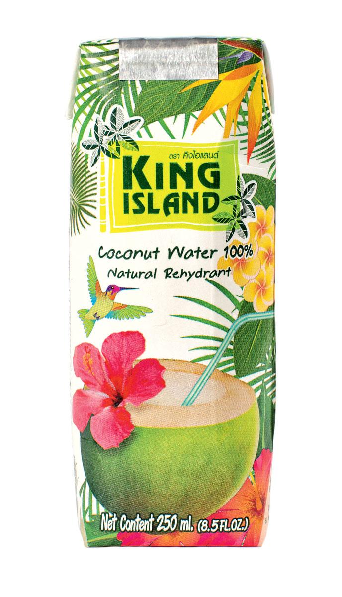 King Islamd кокосовая вода без сахара, 250 мл542915100% натуральная кокосовая вода без сахараКокосовая вода – природный изотонический напиток, насыщающий кислородом все клетки организма, улучшающий обмен веществ, содействующий снижению веса, поднимающий иммунитет, способствующий нормализации уровня сахара в крови. Полезен при борьбе с вирусами, в т.ч. герпеса, гриппа и др. Натуральный источник минералов: натрий, кальций, железо, магний, фосфор, медь, калий, селен, марганец, цинк, глюкоза. Содержит витамины: С, В-6, В-12, рибофлавин, ниацин, тиамин, пиридоксин, холин, фолаты. Кокосовая вода King Island содержит около 294 мг калия, это больше, чем почти во всех спортивных напитках (117 мг) и энергетиках. В то же время в ней меньше натрия (25 мг), чем в спортивных(41 мг) и энергетических (200 мг) напитках, поэтому King Island - идеальный напиток для любителей фитнеса и активного образа жизни. При этом он не содержит сахара (а так же фруктозы и других сахарозаменителей), а калорийность такого напитка всего 14 кКал на 100 г. Таким...