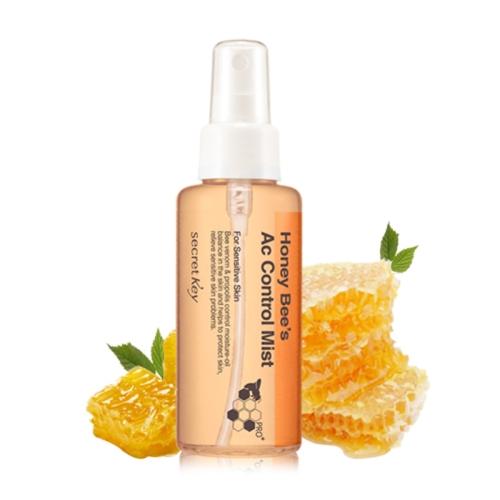 Secret Key Спрей для лица от акне Honey Bee AC Control Mist, 100 мл5416Натуральный пчелиный яд, чайное дерево и салициловая кислота, которые входят в состав продукта, борются с проблемами кожи и делают ее более здоровой, наполняя коллагеном. Не являясь основным уходовым средством, спрей, тем не менее, контролирует жирность кожи, а также сужает поры и повышает эластичность, наполняя кожу коллагеном. Успокаивает кожу благодаря охлаждающему эффекту. Эффективен как для борьбы с проблемами кожи, так и с признаками старения, так как в состав входят близкие коже ингредиенты. Характеристики: Объем: 100 мл. Артикул: 5416. Производитель: Корея. Товар сертифицирован.