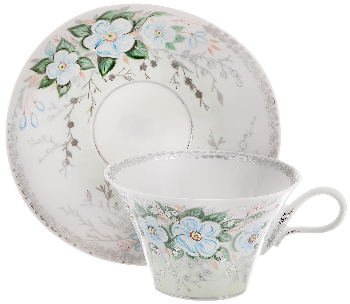 Чайная пара Фарфор Вербилок Дыхание весны, 2 предмета2829000ПЧайная пара Фарфор Вербилок Дыхание весны состоит из чашки и блюдца, которые изготовлены из высококачественного фарфора и украшены красивым цветочным рисунком. Несмотря на то, что фарфор легкий и тонкий, он отличается необычайной прочностью и долговечностью. Данная чайная пара изготовлена скульптором Валерием Анатольевичем Дрожжиным: плавно расширяющаяся снизу вверх чашечка, изящная удобная ручка, овальное блюдечко - все это создает невероятное ощущение легкости и свежести. Рисунок разработан художником Светланой Юрьевной Сычевой в стиле многовековой гарднеровской художественной школы и виртуозно выполнен вручную керамическими красками, золотом и платиной. Изысканный утонченный дизайн придется по вкусу ценителям классики и тем, кто предпочитает современный стиль. Чайная пара Дыхание весны украсит ваш кухонный стол, а также станет замечательным подарком к любому празднику. Диаметр чашки (по верхнему краю): 10 см. Высота чашки: 6 см. Размеры блюдца: 14,7 х 14...