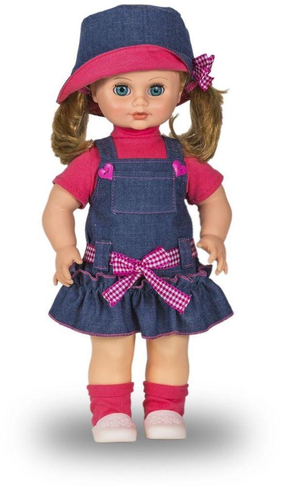 Весна Кукла Инна озвученная В2623/оВ2623/оУ хорошенькой куклы Инны от фабрики Весна небесно-голубые глаза и чудесные русые волосы. На ней надеты розовая футболочка, джинсовый сарафанчик и розовые носочки. Комплект дополняют белые туфельки, шляпка и резиночки для волос. У Инны закрываются глазки, и она умеет разговаривать. При нажатии на звуковое устройство, вставленное в спинку, кукла произносит следующие фразы: -Привет! Давай потанцуем. -Я люблю музыку. -Возьми меня за ручки. -Покружись со мной. -Как здорово! -А сейчас спой мне песенку. -А другую песенку… -Мне очень нравится! Очаровательная кукла Весна покорит сердце любой девочки! Обаятельный внешний вид и прелестные одежки игрушечных красавиц вызывают только самые добрые и положительные эмоции. Куклы производятся на российских фабриках из нетоксичных, безопасных для детей материалов. Они отличаются высоким качеством, проработанностью деталей и гармоничными пропорциями тела. Голова и ручки кукол изготовлены из эластичного винила, очень приятного на ощупь, а...