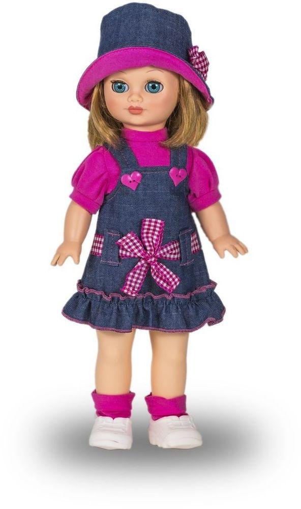 Весна Кукла Маргарита озвученная В2624/оВ2624/оУ хорошенькой куклы Маргариты от фабрики Весна небесно-голубые глаза и чудесные темно-русые волосы. На ней надеты розовая футболочка, джинсовый сарафанчик и розовые носочки. Комплект дополняют белые кроссовочки и шляпка в тон сарафану. У Маргариты закрываются глазки, и она умеет разговаривать. При нажатии на звуковое устройство, вставленное в спинку, кукла произносит следующие фразы: -Привет! Давай потанцуем. -Я люблю музыку. -Возьми меня за ручки. -Покружись со мной. -Как здорово! -А сейчас спой мне песенку. -А другую песенку… -Мне очень нравится! Очаровательная кукла Весна покорит сердце любой девочки! Обаятельный внешний вид и прелестные одежки игрушечных красавиц вызывают только самые добрые и положительные эмоции. Куклы производятся на российских фабриках из нетоксичных, безопасных для детей материалов. Они отличаются высоким качеством, проработанностью деталей и гармоничными пропорциями тела. Голова и ручки кукол изготовлены из эластичного винила, очень приятного на...