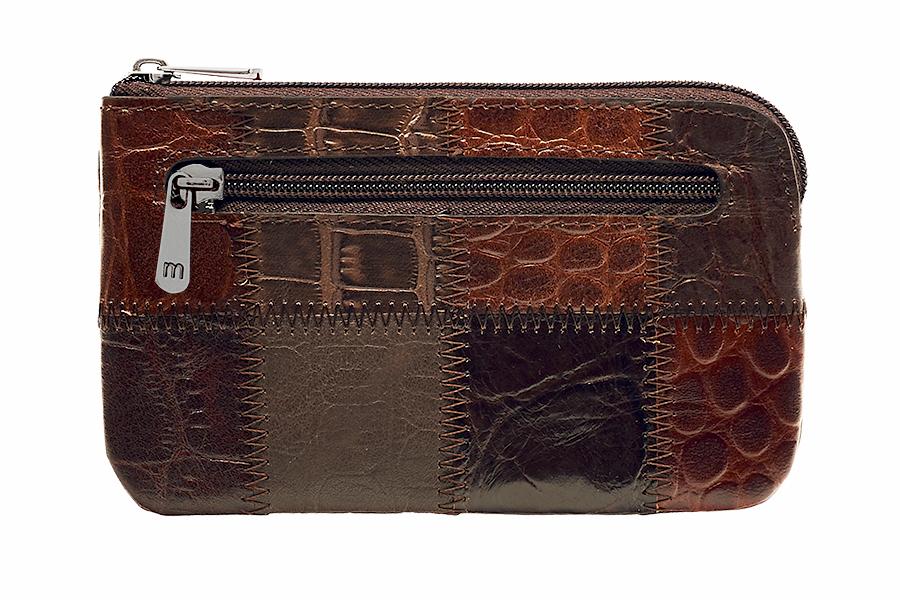 Ключница Malgrado, цвет: коричневый. 50501A-490A50501A-490A CoffeeСтильная ключница Malgrado изготовлена из натуральной кожи с комбинированным тиснением и имеет одно отделение на застежке-молнии. Внутри - цепочка с металлическим кольцом для ключей. На задней стенке расположен кармашек на застежке-молнии. Ключница упакована в коробку из плотного картона с логотипом фирмы. Характеристики: Материал: натуральная кожа, металл, текстиль. Размер ключницы: 12,5 см x 7,5 см х 1 см. Цвет: коричневый. Размер упаковки: 13 см x 9,5 см x 3 см. Артикул: 50501A-490A Coffee.