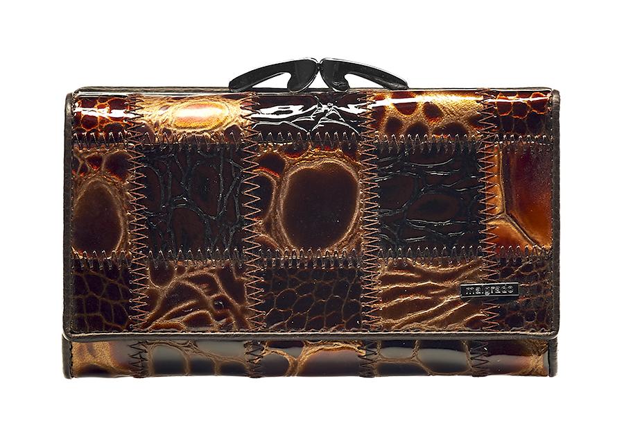 Кошелек женский Malgrado, цвет: коричневый. 55020-5A-49055020-5A-490A CoffeeСтильный женский кошелек Malgrado выполнен из натуральной лакированной кожи с тиснением под рептилию и оформлен металлической фурнитурой с символикой бренда. Изделие содержит два отделения: отделение для монет, которое закрывается на рамочный замок, и отделение для купюр, которое закрывается на кнопку. Отделение для монет разделено перегородкой и содержит две секции для мелочи. Отделение для купюр содержит три боковых кармана, четырнадцать карманов для кредитных карт, один из которых дополнен вставкой из пластика, два отделения для купюр, одно из которых закрывается на молнию. Изделие поставляется в фирменной упаковке. Кошелек Malgrado станет отличным подарком для человека, ценящего качественные и практичные вещи.