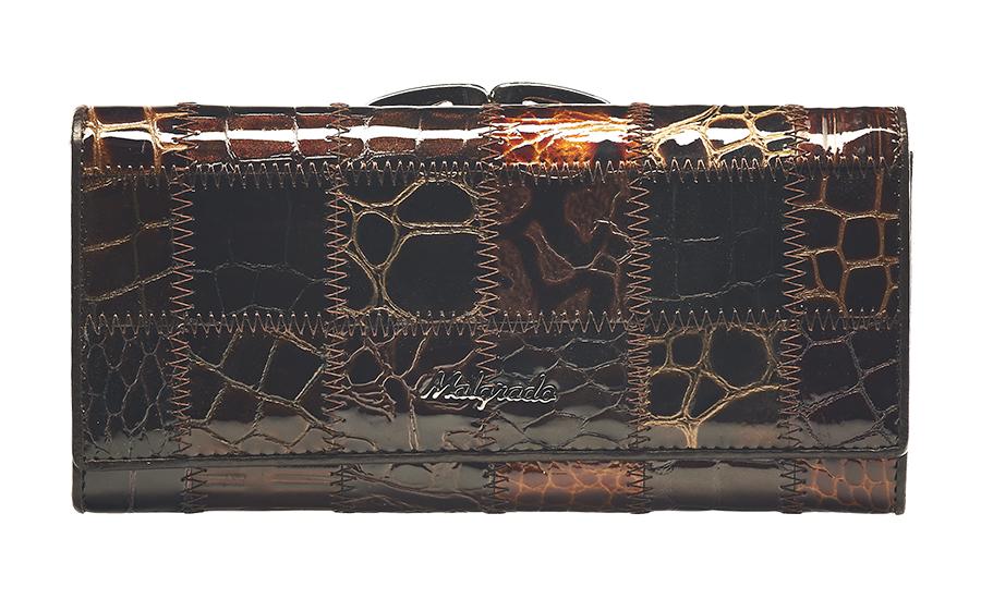 Кошелек женский Malgrado, цвет: темно-коричневый, коричневый, бежевый. 72031-3A-490A72031-3A-490AСтильный кошелек Malgrado изготовлен из натуральной кожи коричневого цвета с декоративным комбинированным тиснением и вмещает в себя купюры в развернутом виде в полную длину. Внутри содержит четыре отделения для купюр, одно из которых на молнии, четыре кармана для дисконтных карт, визиток, кредиток, один прозрачный кармашек, в который можно положить пропуск, проездной документ или фотографию и дополнительный потайной карман. Снаружи расположен один отдел для мелочи, который закрывается на рамочный замок. Закрывается кошелек клапаном на кнопку. Кошелек упакован в подарочную металлическую коробку с логотипом фирмы. Такой кошелек станет замечательным подарком человеку, ценящему качественные и практичные вещи. Характеристики: Материал: натуральная кожа, текстиль, металл. Размер кошелька: 18,5 см х 9 см х 3 см. Размер упаковки: 23 см х 13 см х 4,5 см. Артикул: 72031-3A-490A.