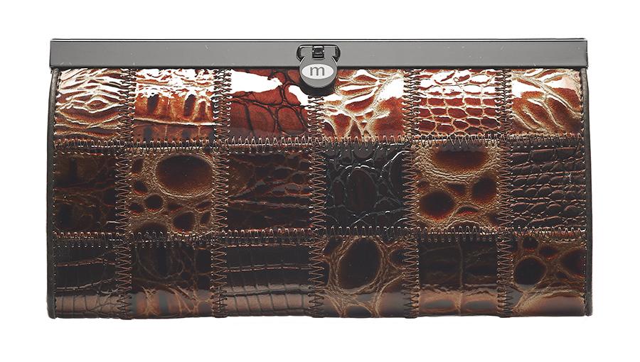 Кошелек Malgrado, цвет: кофейный. 73003A-49073003A-490A Coffee Кошелек Бол. MalgradoСтильный кошелек Malgrado выполнен из лаковой натуральной кожи кофейного цвета с декоративным тиснением. Внутри содержит два горизонтальных кармана из кожи для бумаг, четыре кармашка для кредитных карт, два кармашка со вставками из прозрачного пластика, отделение на молнии для мелочи и четыре отделения для купюр. Кошелек упакован в подарочную металлическую коробку с логотипом фирмы. Такой кошелек станет замечательным подарком человеку, ценящему качественные и практичные вещи. Характеристики: Материал: натуральная кожа, текстиль, металл. Размер кошелька: 19 см х 10 см х 2 см. Цвет: кофейный. Размер упаковки: 23 см х 13 см х 4,5 см. Артикул: 73003A-490.