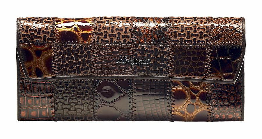 Кошелек женский Malgrado, цвет: кофе. 75504A-490A75504A-490A CoffeeКошелек Malgrado изготовлен из натуральной лакированной кожи кофейного цвета. Необычный дизайн кошелька в виде квадратов с разным дизайном тиснения под рептилию оценит любая модница. Купюры вмещаются в полную длину. Закрывается кошелек при помощи клапана на кнопку. Внутри расположено три отделения для купюр, три потайных отделения для бумаг, три кармашка для пластиковых карт и визиток, а также отдел на молнии для мелочи. Такой кошелек стильно дополнит ваш образ и станет незаменимым аксессуаром. Кошелек упакован в подарочную металлическую коробку синего цвета. Характеристики: Материал: натуральная кожа, текстиль, металл. Цвет: кофе. Размер (ДхШхВ): 19,5 см х 9 см х 2,5 см.