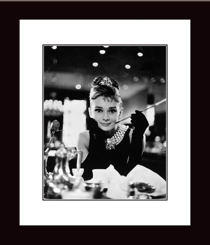 Картина Postermarket Одри Хепбёрн — Завтрак у Тиффани, 33 х 40 см. NI 23NI 23Картина Postermarket Одри Хепбёрн — Завтрак у Тиффани прекрасно подойдет для декора интерьера различных помещений. Постер, выполненный в технике фотопечать, обрамлен паспарту и оформлен багетом черного цвета. Картина для интерьера (постер) - это современное и актуальное направление в дизайне помещений. Ее можно использовать для оформления любых помещений (дом, квартира, офис, бар, кафе, ресторан или гостиница). работоспособность. Правильное оформление интерьера создает благоприятный психологический климат, улучшает настроение и мотивирует. Размер картины: 330 x 400 мм.