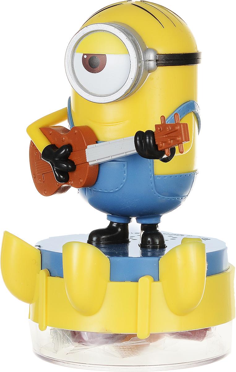 Сладкая Сказка Карамель леденцовая Фруктовая Миньон Стюарт Шкатулка, 18 гMK-88/MIЭксклюзивный продукт компании Сладкая сказка. Игрушка выполнена в виде одного из главных героев - Стюарта, который является большим любителем игры на гитаре. Зажигательная песня в исполнении Миньона в сочетании со светомузыкой станет отличным дополнением к любой детской вечеринке. Внутри игрушки - леденцовая карамель со вкусами клубники, яблока, ежевики, малины и фруктового ассорти. Популярность миньонов растет с каждым днем, а тематическая продукция уже не нуждается в рекламе - ее с удовольствием покупают поклонники миньонов всех возрастов. Игрушка работает от 3 батареек типа LR41 (входят в комплект). Внимание! Игрушка предназначена для детей старше 3-х лет.