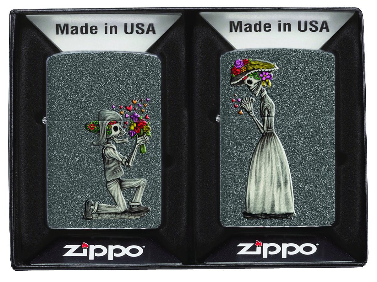 Набор зажигалок Zippo, 2 шт 28987 Влюбленные зомби Iron Stone28987Зажигалка Zippo раскрывает сущность настоящего мужчины Zippo: силу, индивидуальность, надежность и чувственность. У каждого человека, кем бы он ни был и где бы ни жил, есть история, которую он может рассказать. Эта история подчеркивает его мужественность. Zippo показывает историю из жизни мужчин, разных и по-своему особенных, но похожих в одном: вне зависимости от времени, места и тренда , Zippo — это то, что отличает настоящего мужчину. арт. 28987 Смерть никогда не победит истинную любовь. Этот набор из двух ветроустойчивых зажигалок Iron Stone поведает о романтической истории любви. Поставляется в коробке, созданной из экологически чистых материалов. Для оптимальной работы рекомендуем использовать оригинальное высококачественное топливо Zippo. ВНИМАНИЕ: все зажигалки Zippo продаются не заправлеными.
