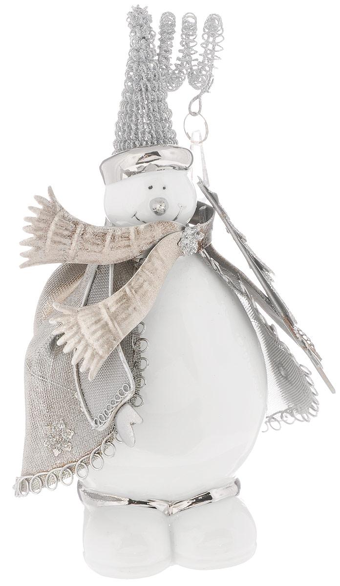 Фигурка декоративная House & Holder Снеговик, высота 21 см01104-3Фигурка новогодняя House & Holder Снеговик прекрасно подойдет для праздничного декора вашего дома. Изделие выполнено из керамики и металла в виде снеговика. Такое оригинальное украшение оформит интерьер вашего дома или офиса в преддверии Нового года. Оригинальный дизайн и красочное исполнение создадут праздничное настроение. Кроме того, это отличный вариант подарка для ваших близких и друзей.